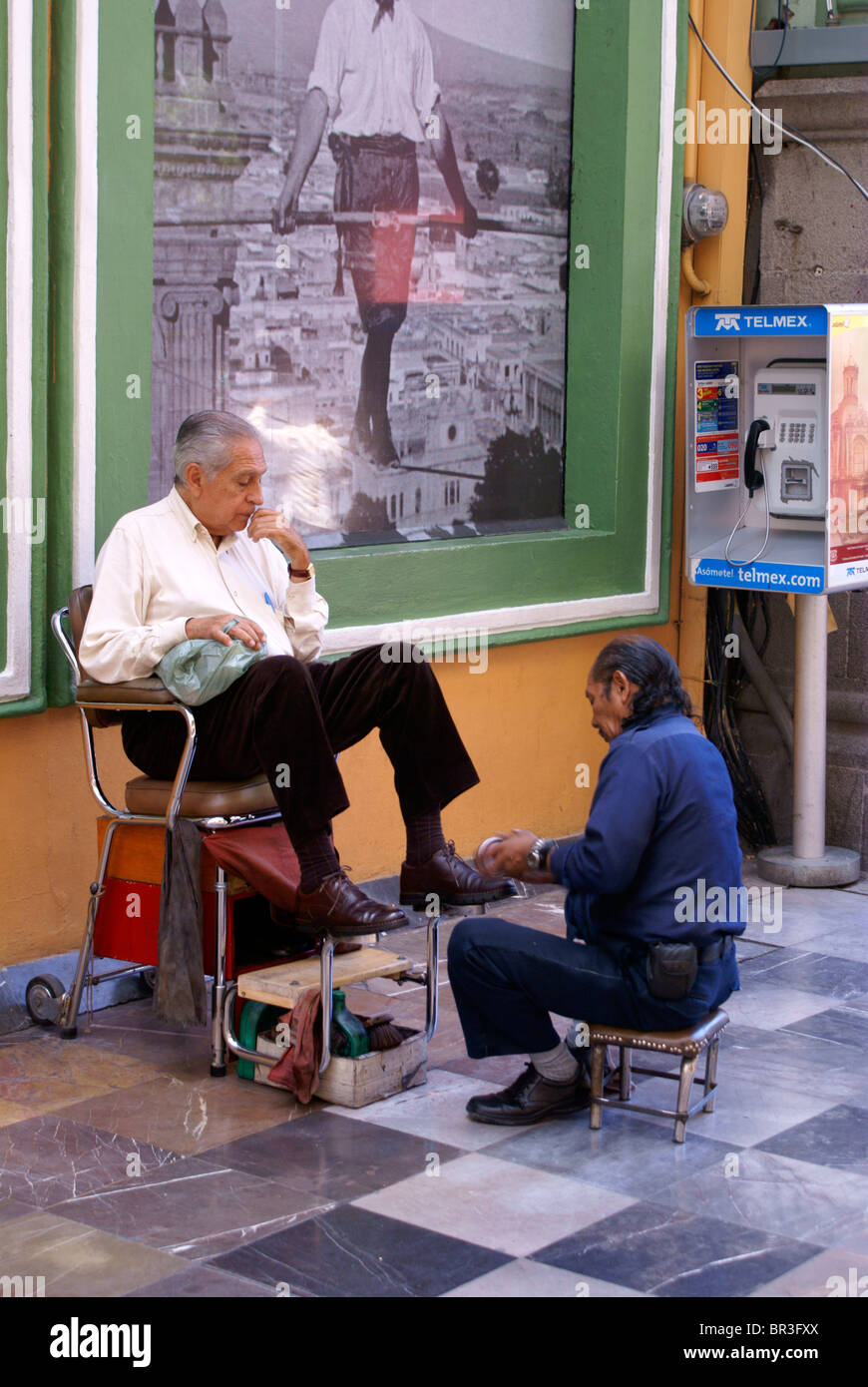 https://c8.alamy.com/comp/BR3FXX/elderly-man-getting-a-shoe-shine-in-the-city-of-puebla-mexico-BR3FXX.jpg