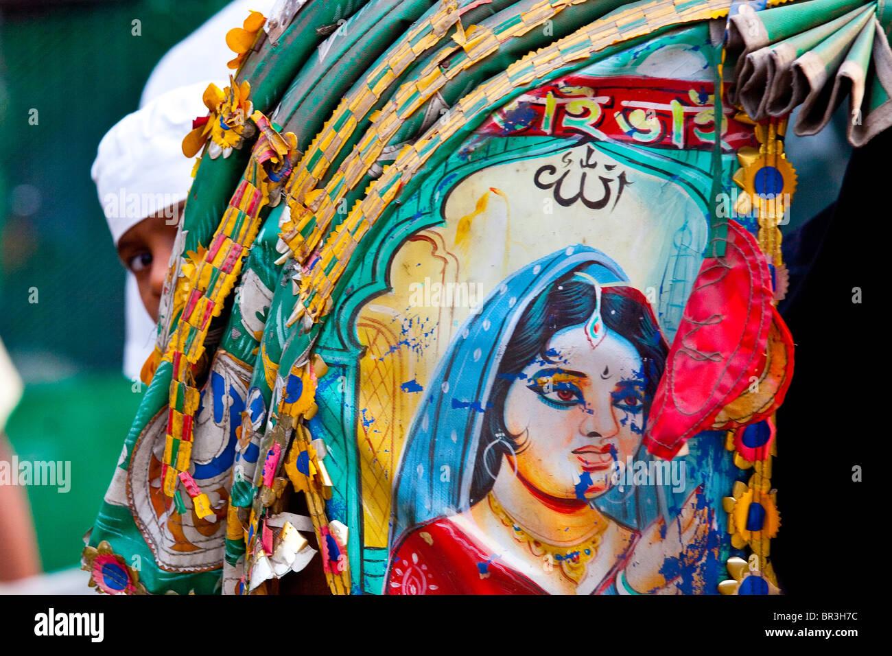 Boy looking back from a bicycle rickshaw in Dhaka, Bangladesh - Stock Image