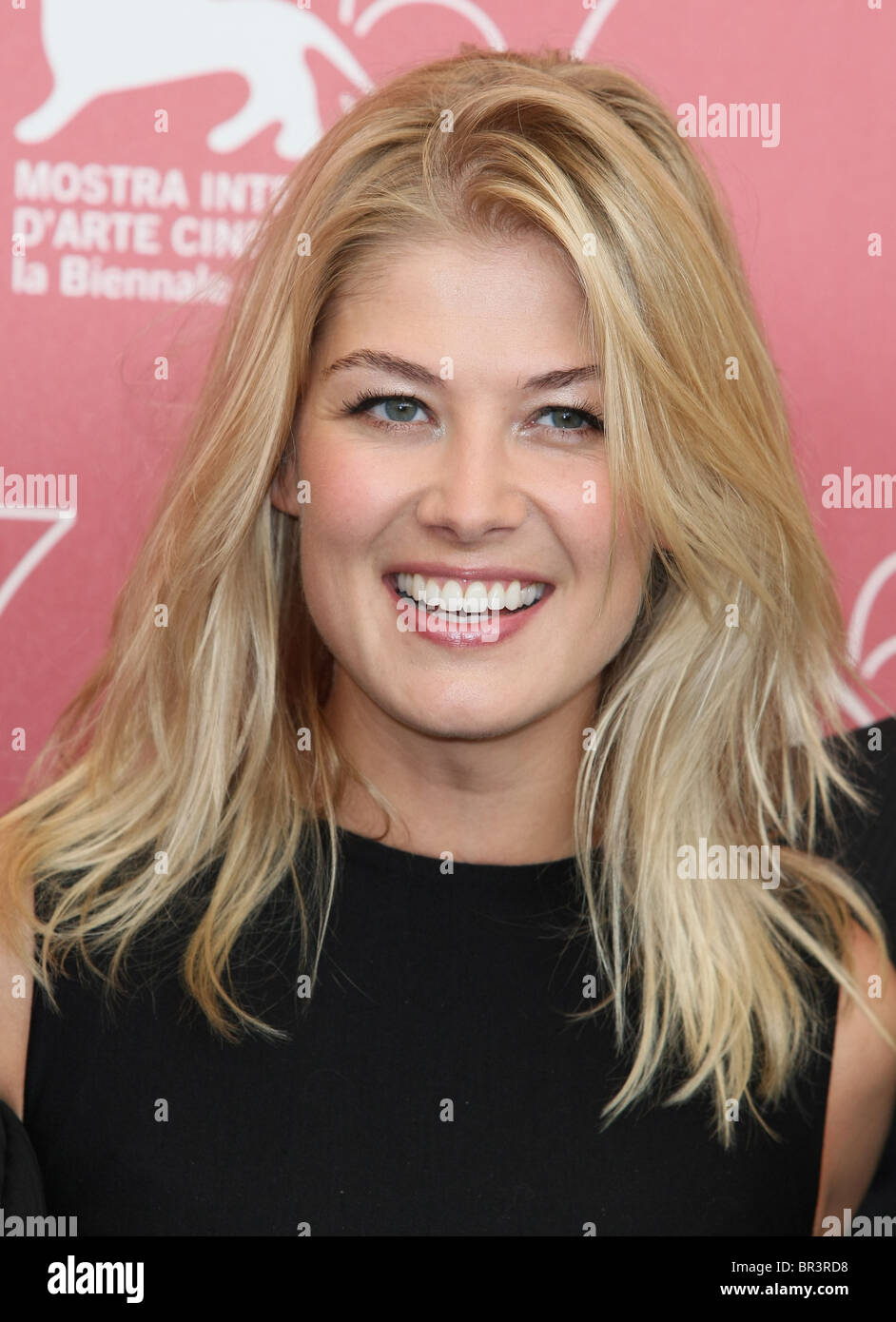 ROSAMUND PIKE BARNEY'S VERSION PHOTOCALL. 67H VENICE FILM FESTIVAL VENICE  ITALY 10 September 2010 - Stock Image