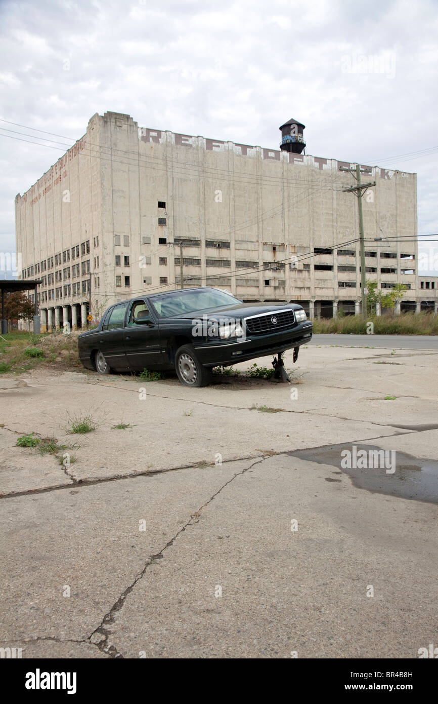 Abandoned car East side of Detroit Michigan USA - Stock Image