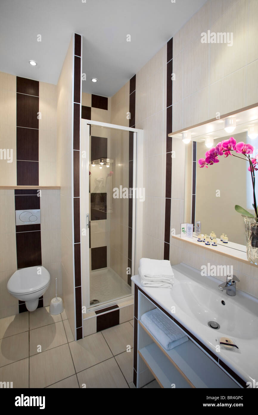 Salle De Bains France ~ a separate small shower room in a hotel france petite salle de