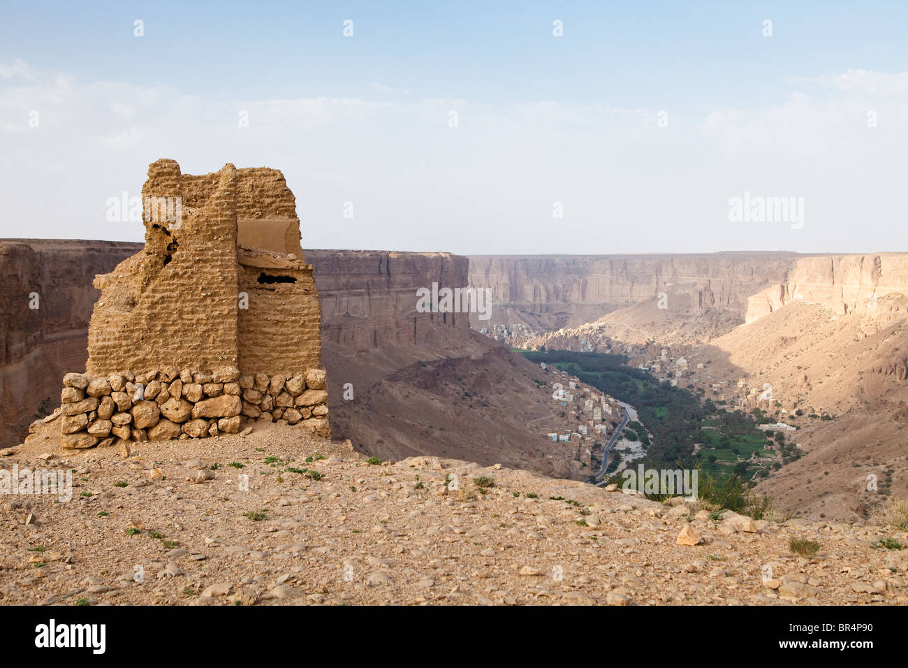 Old British Army lookout on the plateau above Wadi Do'an, which formed part of the East Aden Protectorate in - Stock Image