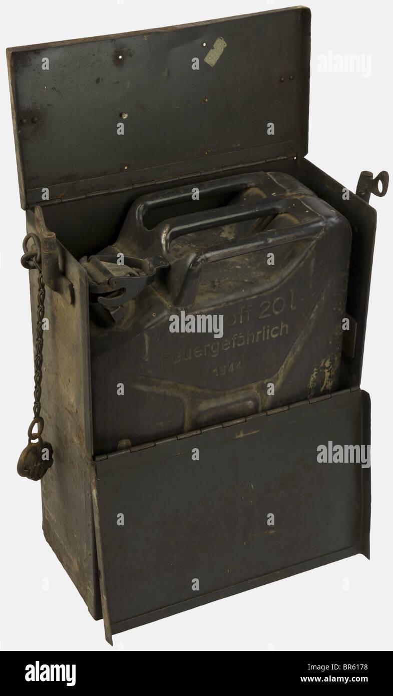 VEHICULES MILITAIRES, Jerrican dans sa caisse de transport, de l'armée allemande, , Additional-Rights-Clearances - Stock Image