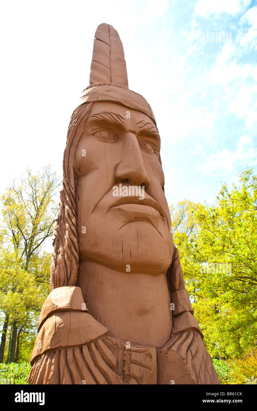 'Crooked Feather', a carved cypress log copy by Thomas King in Ocean Springs, Mississippi, USA - Stock Image