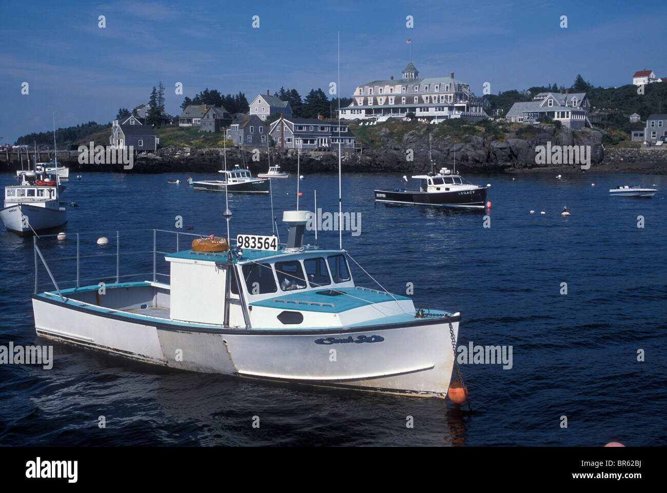 Venerable buildings and boats on the picturesque island of Mohegan Central Maine. - Stock Image
