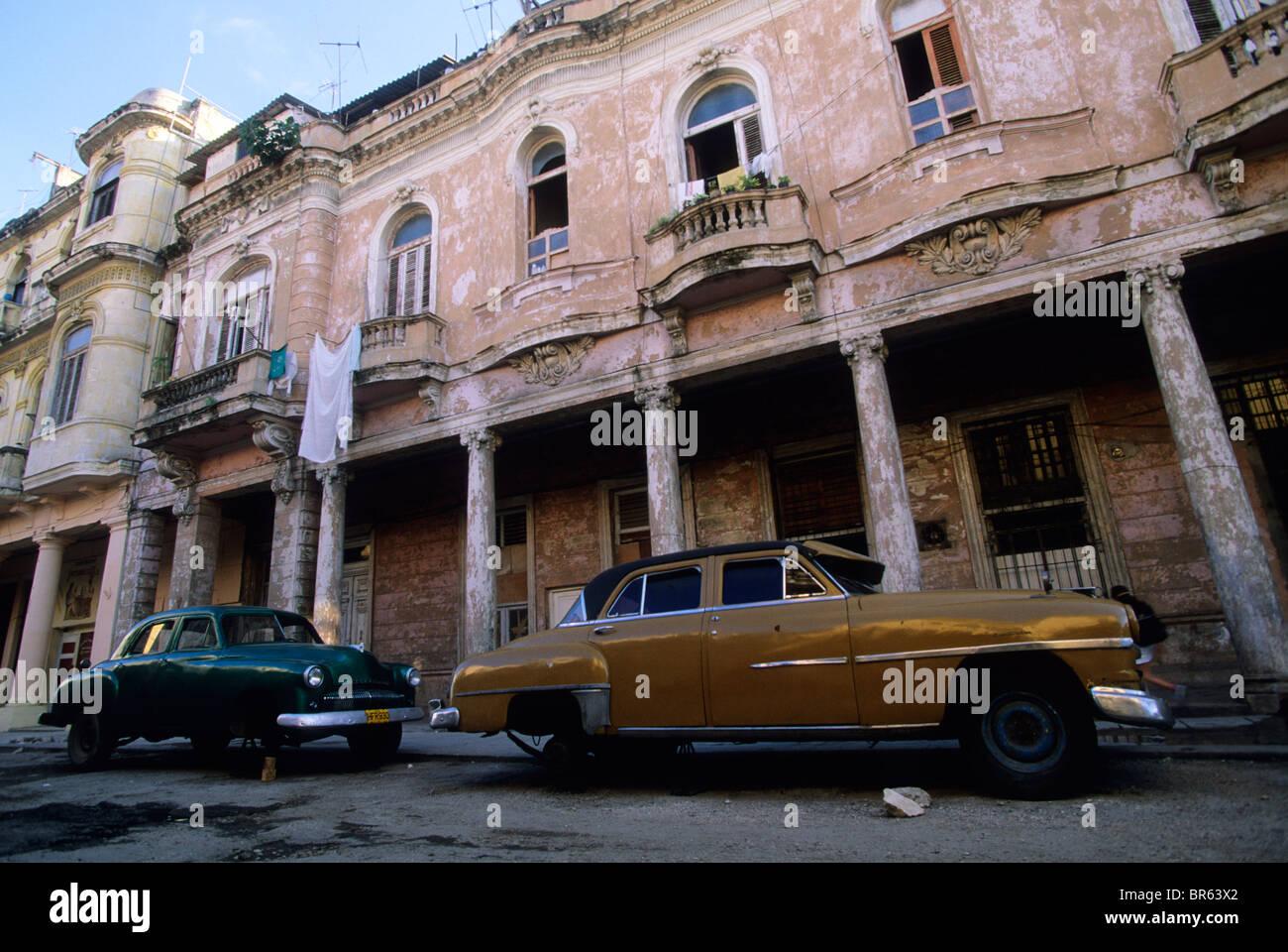 Vintage American cars on blocks below colonial era buildiings Havana Cuba - Stock Image