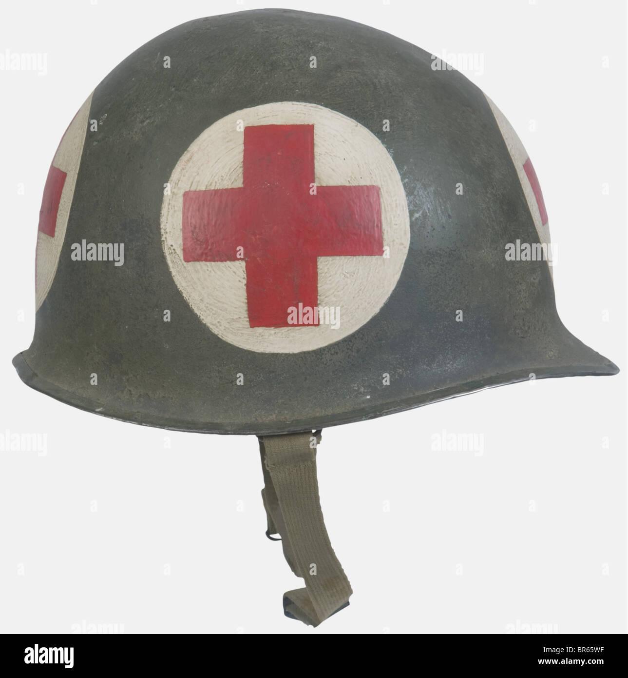 U.S.A, Infirmier de l'US Army, sur mannequin, comprenant un casque M1 à peinture verte (présente à - Stock Image