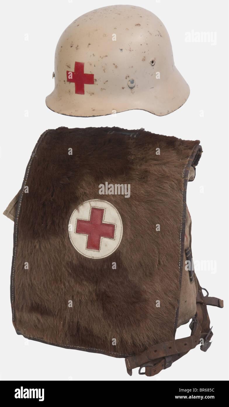 WEHRMACHT, Ensemble infirmier Heer, comprenant un casque modèle 40 feldgrau repeint (postérieurement) - Stock Image