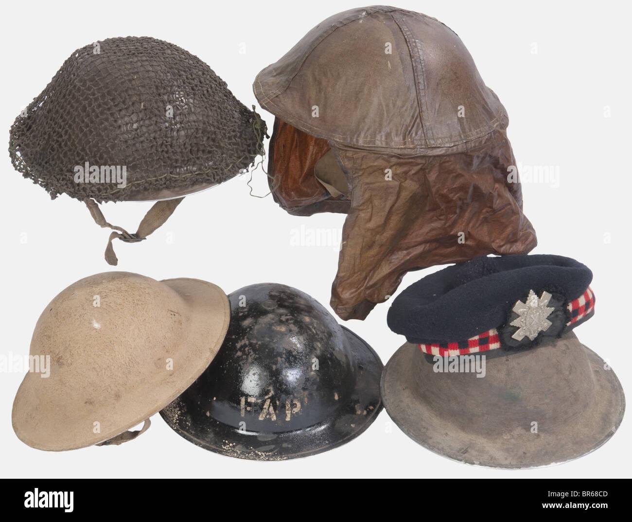 GRANDE-BRETAGNE, Cinq casques de l'Armée Anglaise, Quatre modèles MKII complets avec intérieur - Stock Image