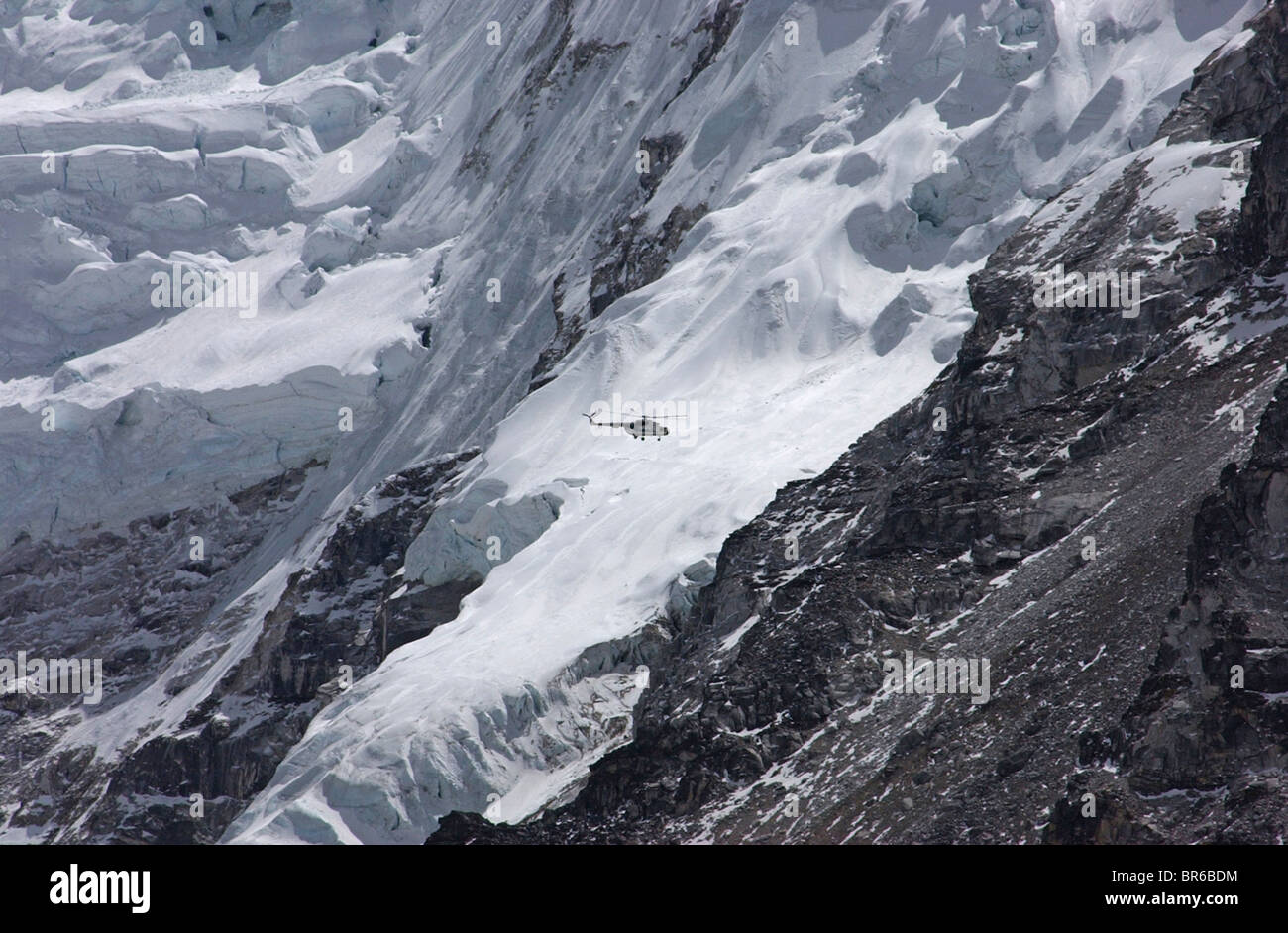Helicopter rescuing climbers from Everest - Stock Image