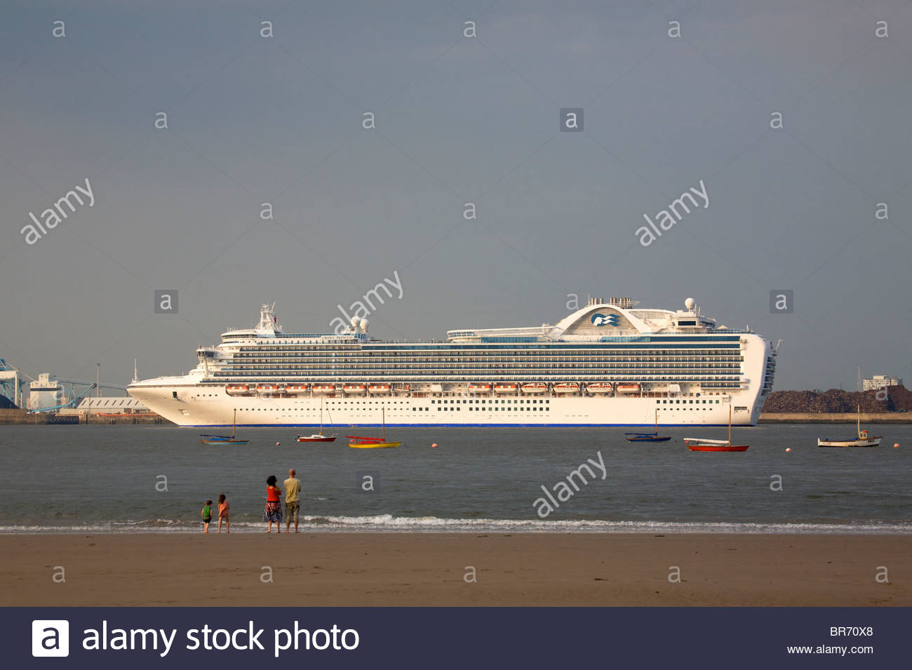 Cruise Liner 'Crown Princess' leaving Liverpool at low tide, with family watching in foreground. Merseyside, - Stock Image