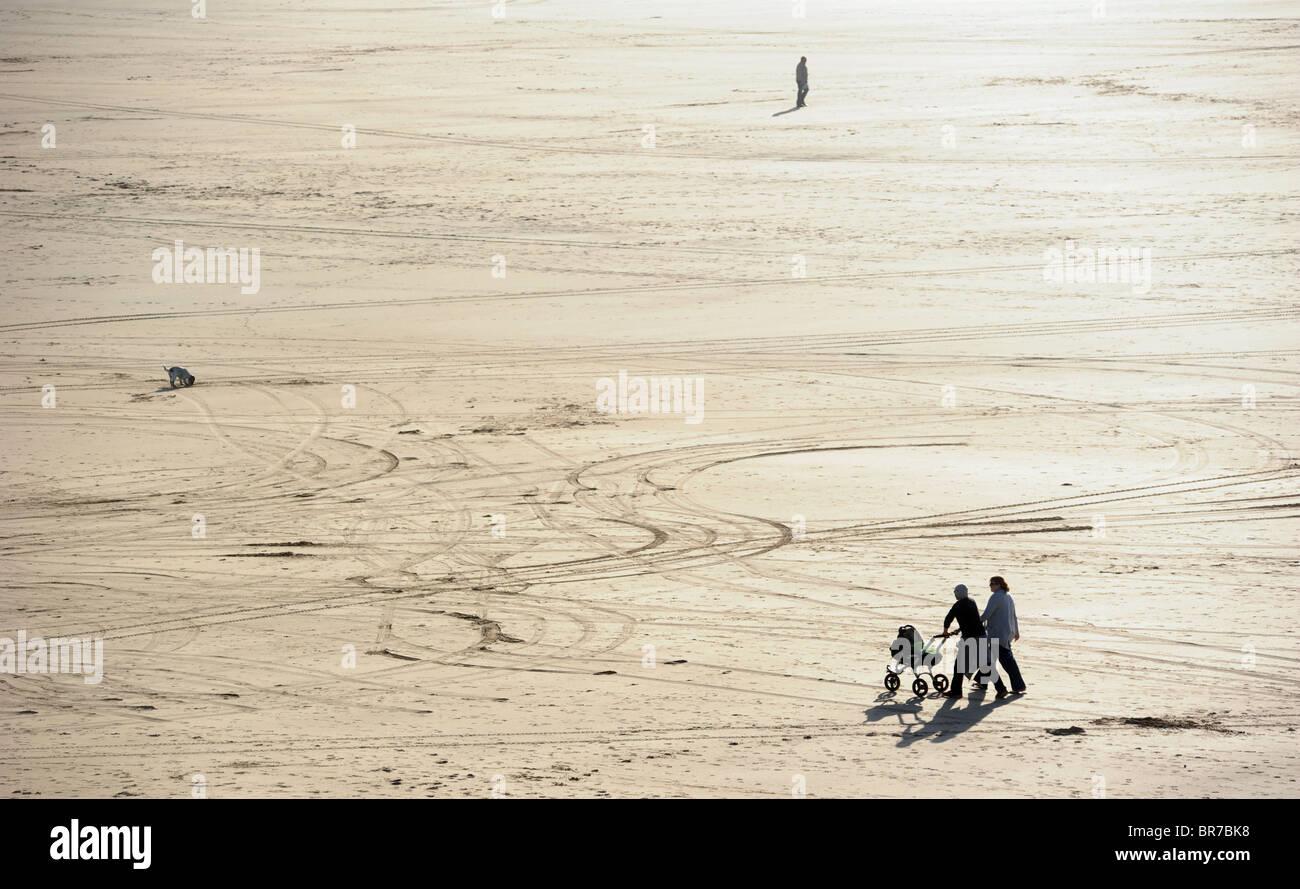 A COUPLE WITH PRAM ENJOY A WALK ON PERRANPORTH BEACH CORNWALL   RE HOLIDAYS WALKING HEAT SUN SUNNY COAST COASTAL - Stock Image