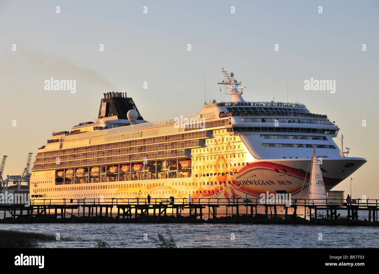 Cruise ship 'Norwegian Sun' turning into the waters of the River Plate, past a pier at the Ecologica Costanera - Stock Image