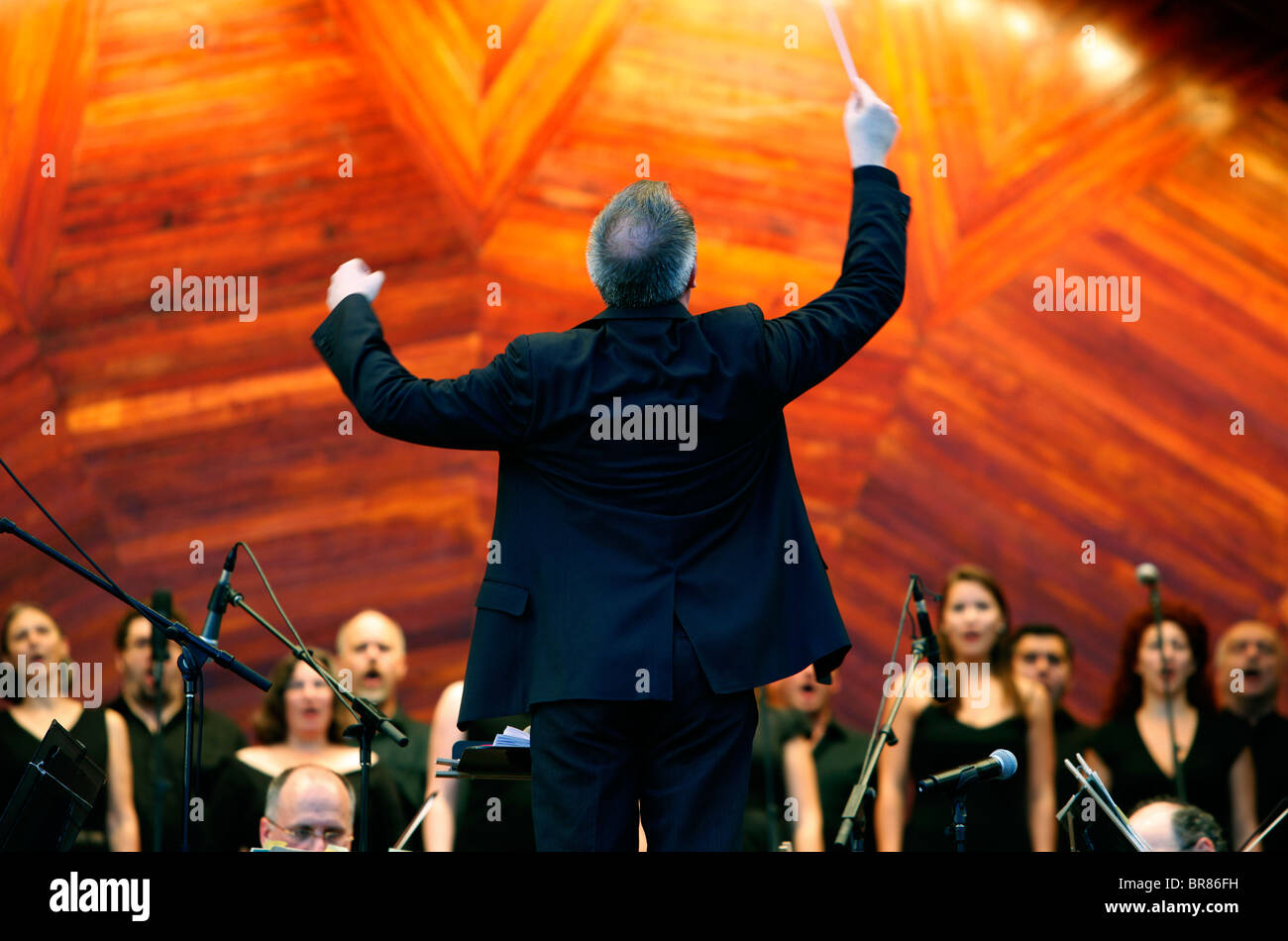 Andrew Bisantz conducts the Boston Landmarks Orchestra in a performance of Tosca during a concert at the Hatch Shell - Stock Image