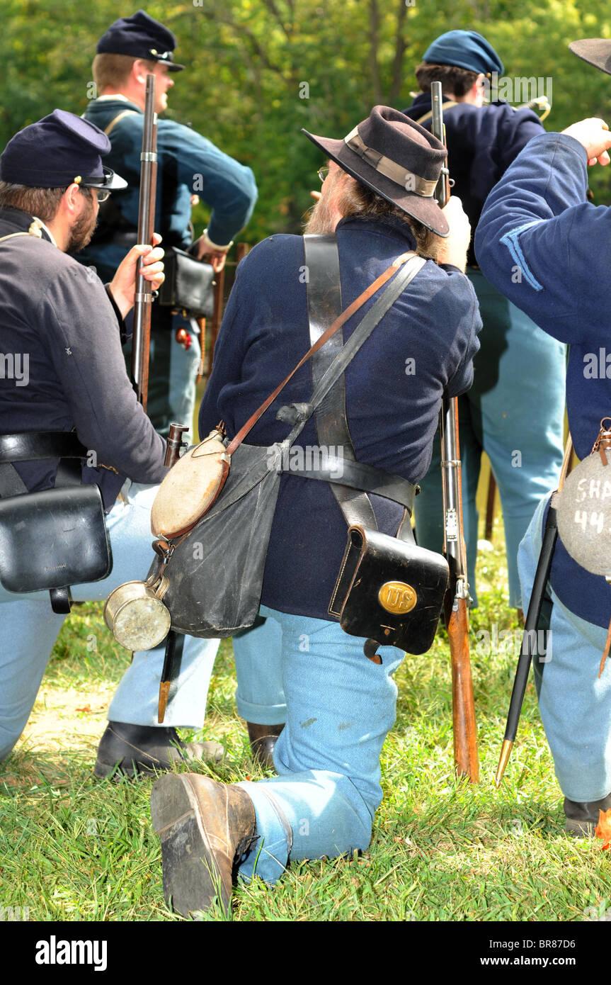 Civil war soldiers prepare for a skirmish - Stock Image