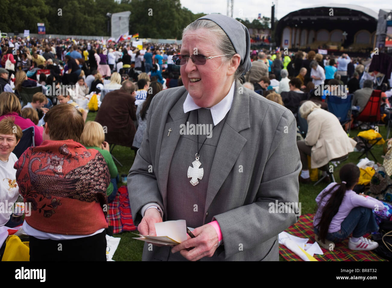 Sister Bernadette, Head Teacher of Viago Fedelis in Sth London awaits arrival of Pope Benedict at Hyde Park rally. - Stock Image