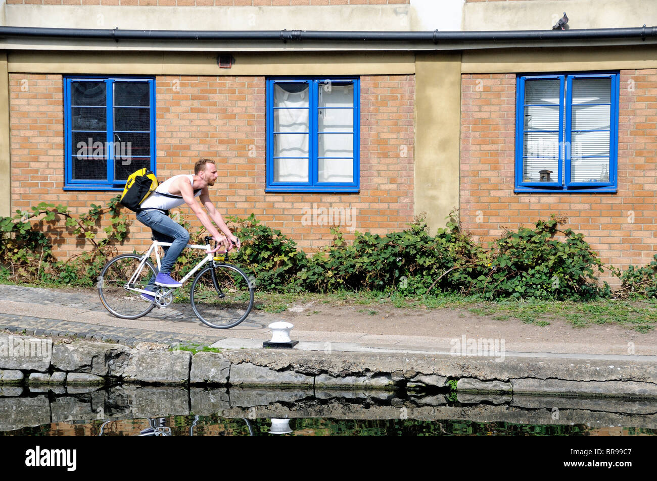 Male cyclist on towpath of  the Regent's Canal Hackney London England UK - Stock Image