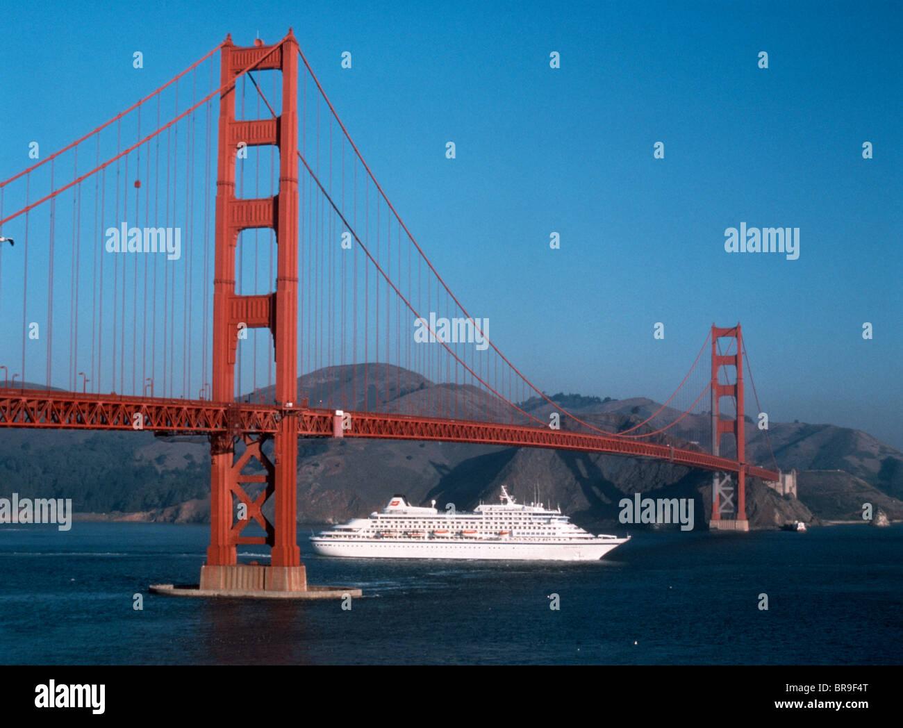 CRUISE SHIP RETURNING UNDER GOLDEN GATE BRIDGE SAN FRANCISCO CALIFORNIA - Stock Image