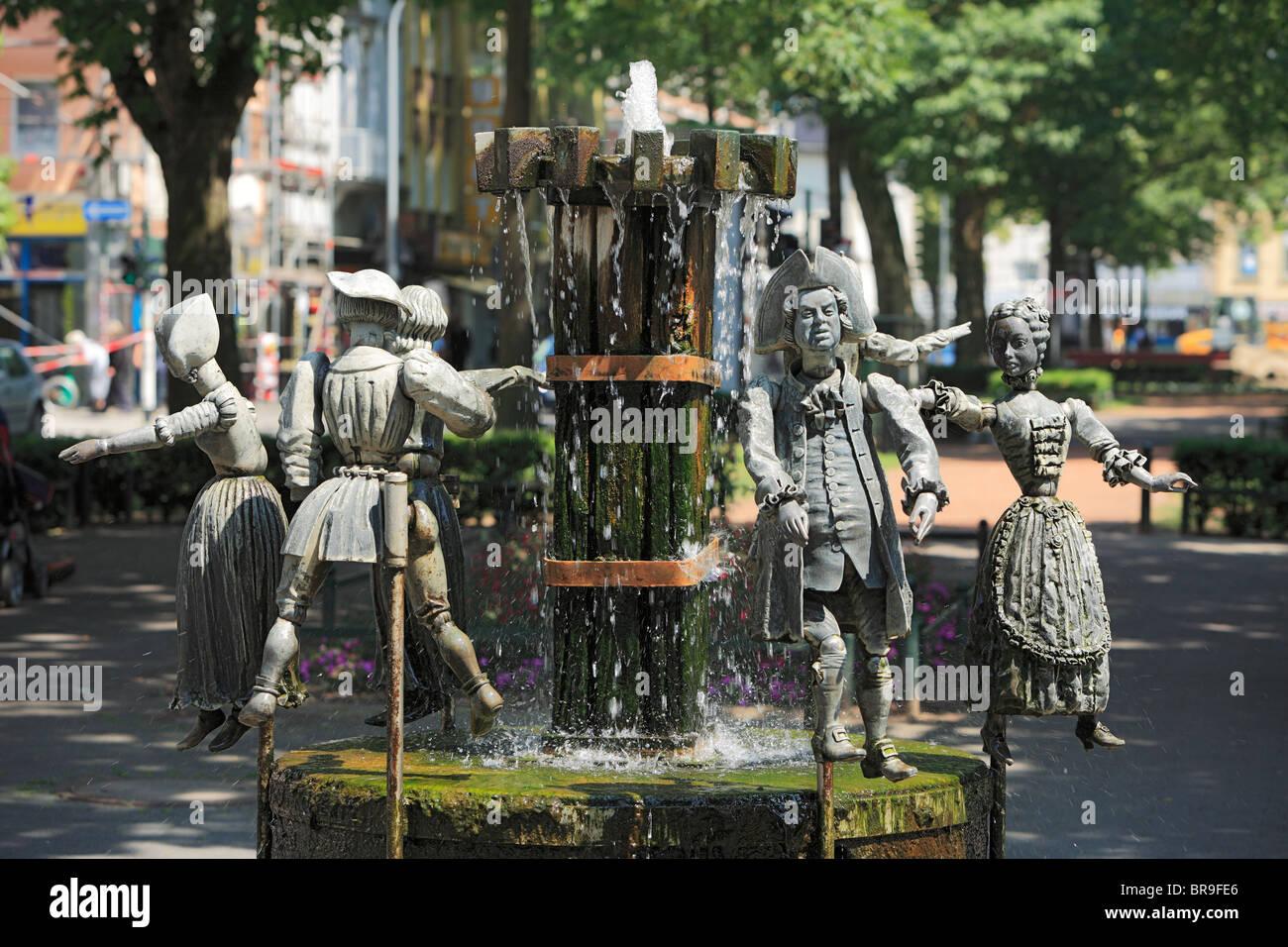Puppenbrunnen mit Figuren aus der Stadtgeschichte von Krefeld, Rhein, Niederrhein, Nordrhein-Westfalen Stock Photo