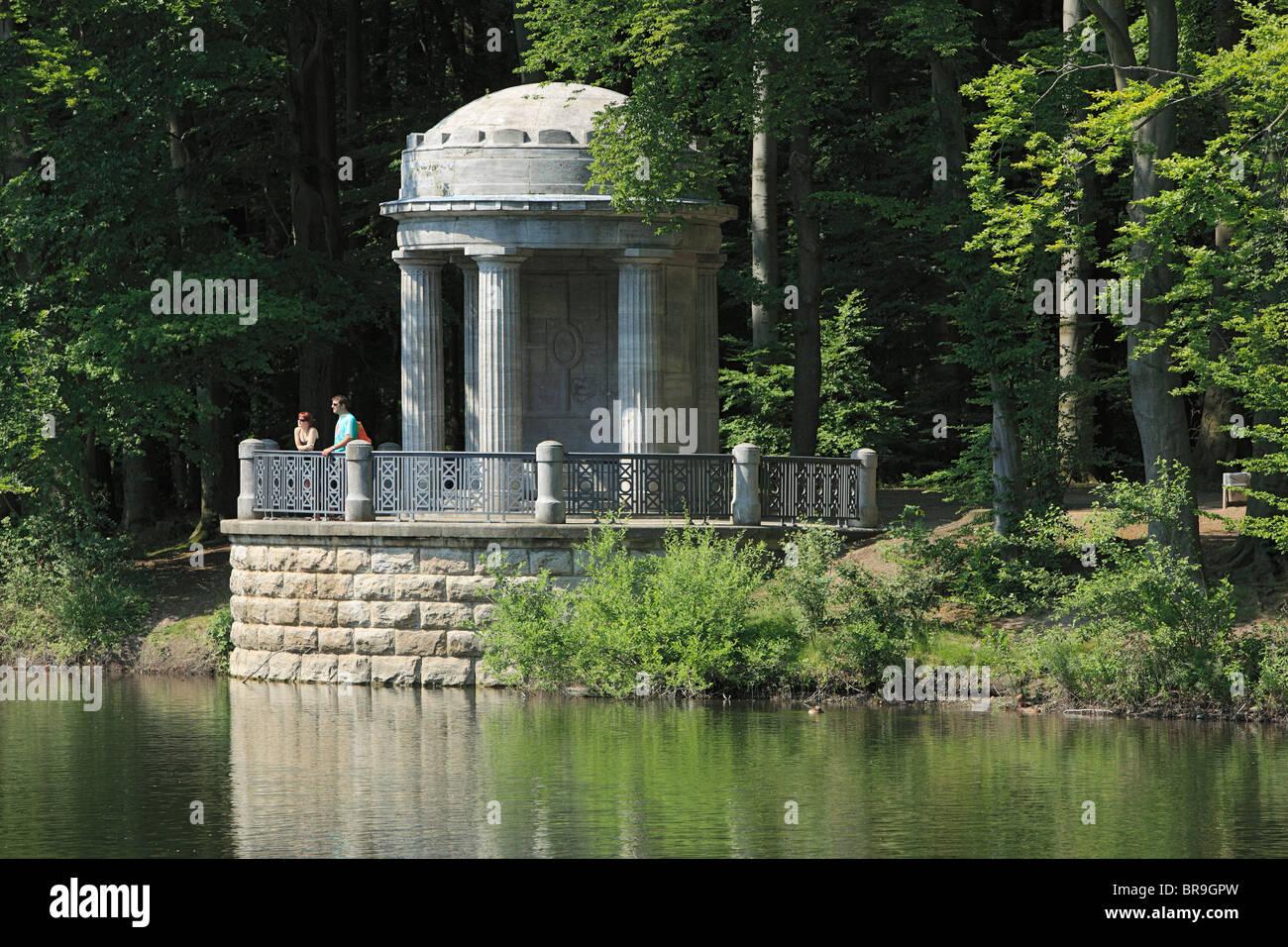 Naherholungsgebiet Stadtwald mit Teich und kleinem Tempel in Krefeld, Rhein, Niederrhein, Nordrhein-Westfalen - Stock Image