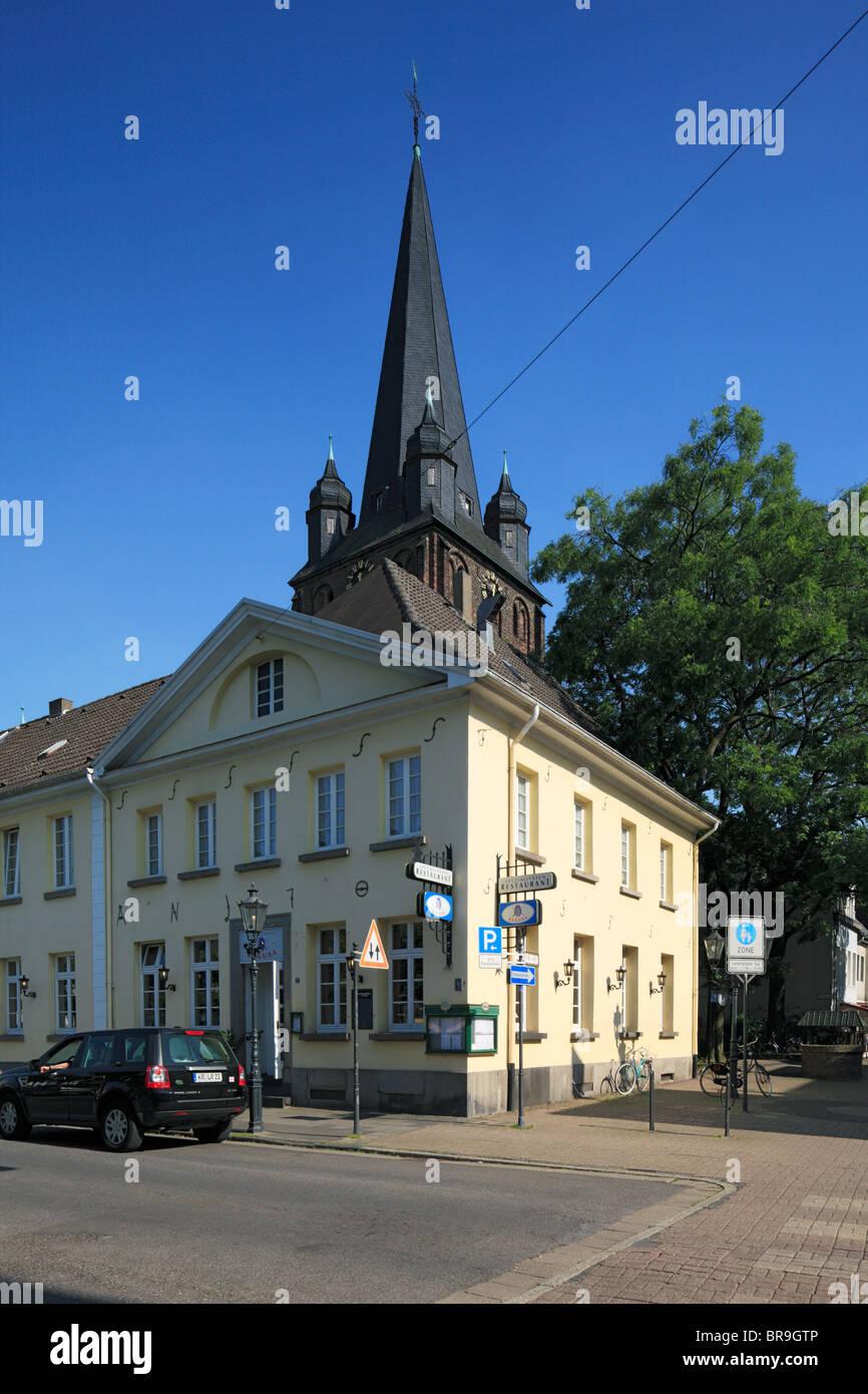 Marktplatz und katholische Kirche St. Peter in Krefeld-Uerdingen, Rhein, Niederrhein, Nordrhein-Westfalen - Stock Image