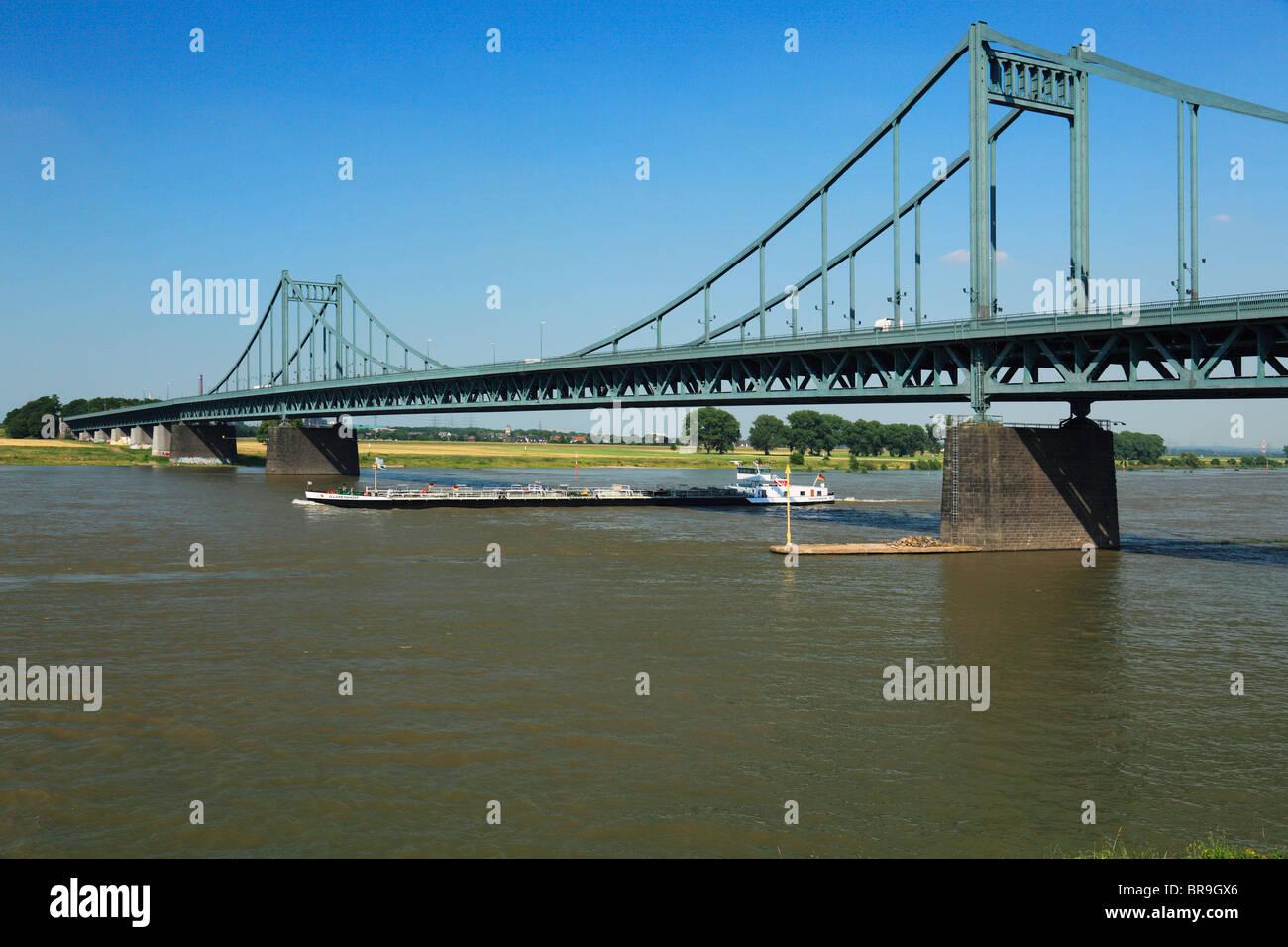Frachtschiff auf dem Rhein, Rheinbruecke zwischen Duisburg-Muendelheim und Krefeld-Uerdingen, Rhein, Niederrhein, - Stock Image