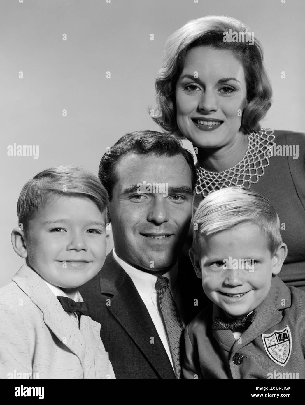 1960s FAMILY PORTRAIT FATHER MOTHER TWO SONS SMILING - Stock Image