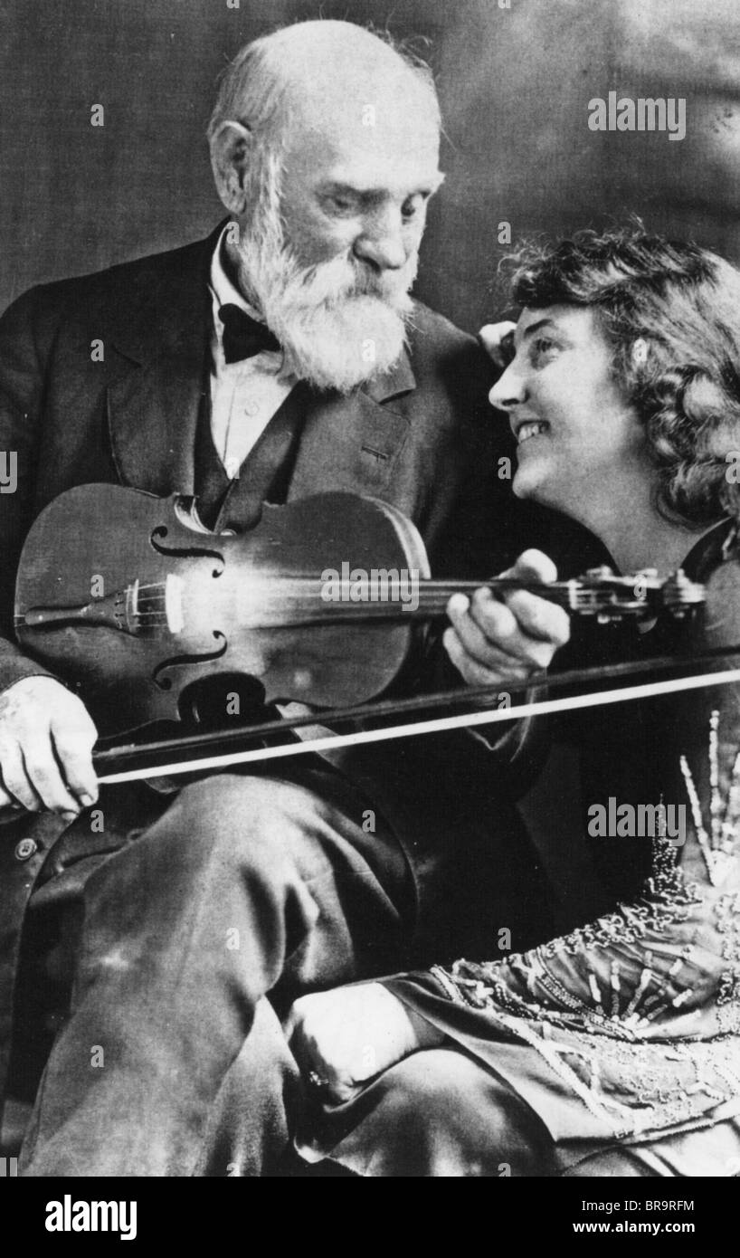 JESS DONALD 'Uncle Jimmy' THOMPSON  (1848-1931) US fiddle player with his daughter Eva who often accompanied - Stock Image