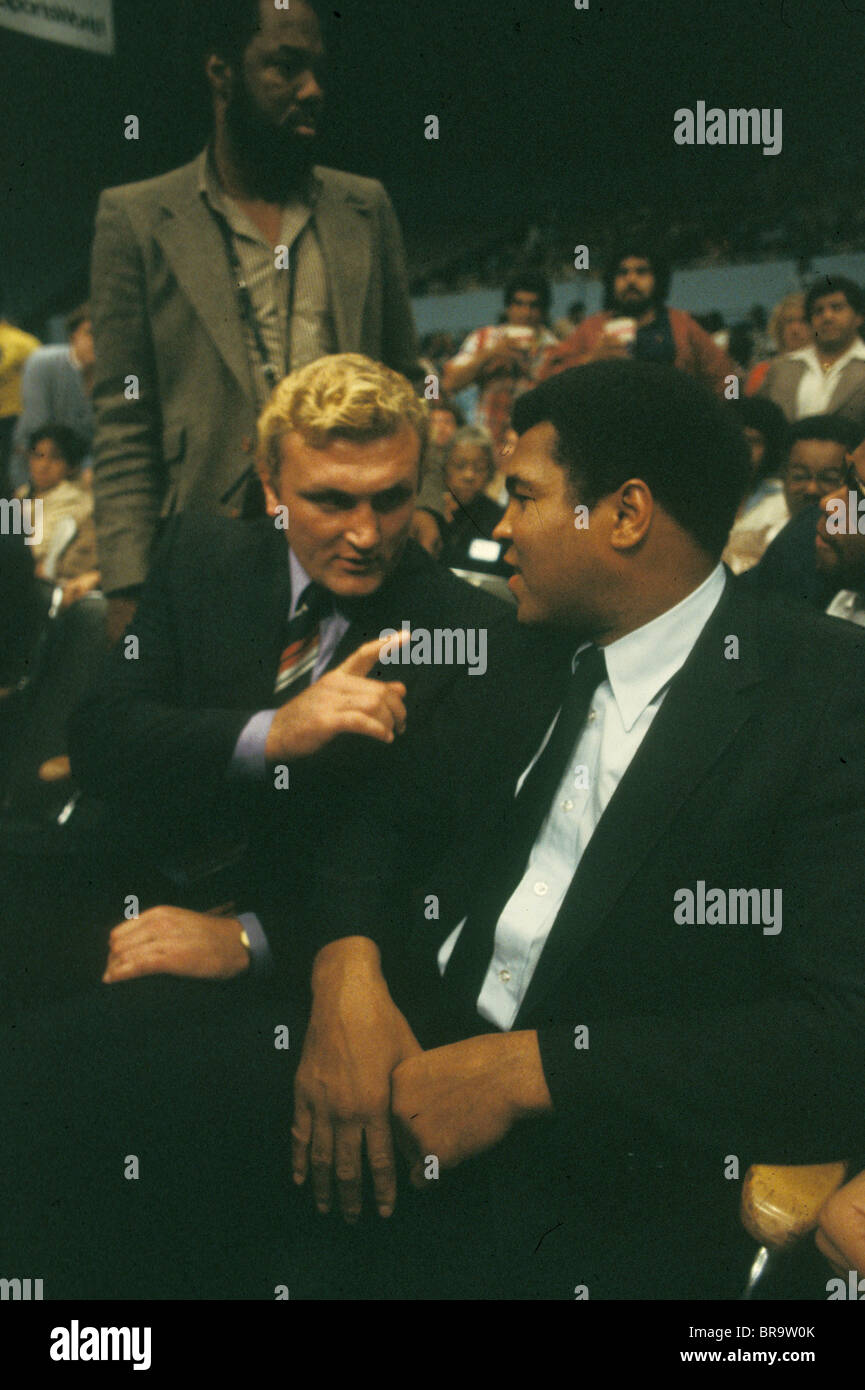 Heavyweight fighters Joe Bugner and Mohammed Ali at boxing ring in 1983 Los Angeles California USA - Stock Image