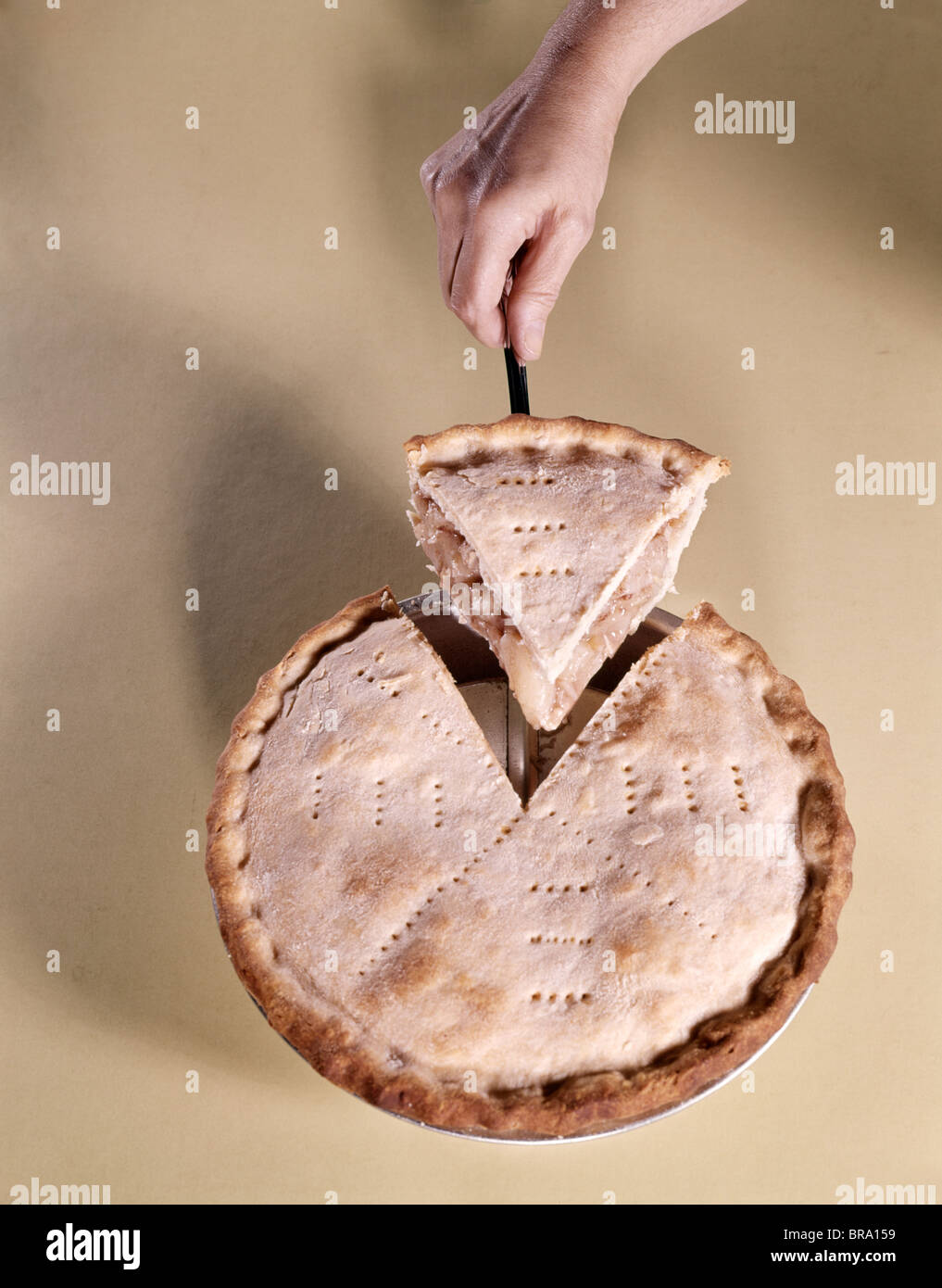 1970s HAND SERVING WEDGE SLICE OF APPLE PIE - Stock Image