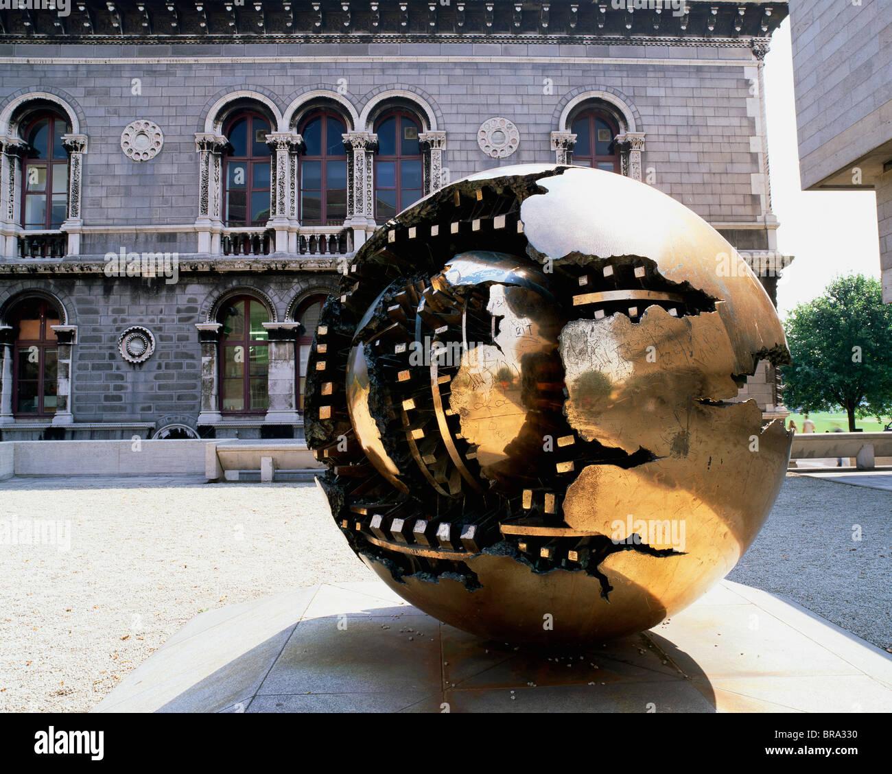 'Sphere Within Sphere' Arnaldo Pomodoro Sculpture, Trinity College, Dublin - Stock Image