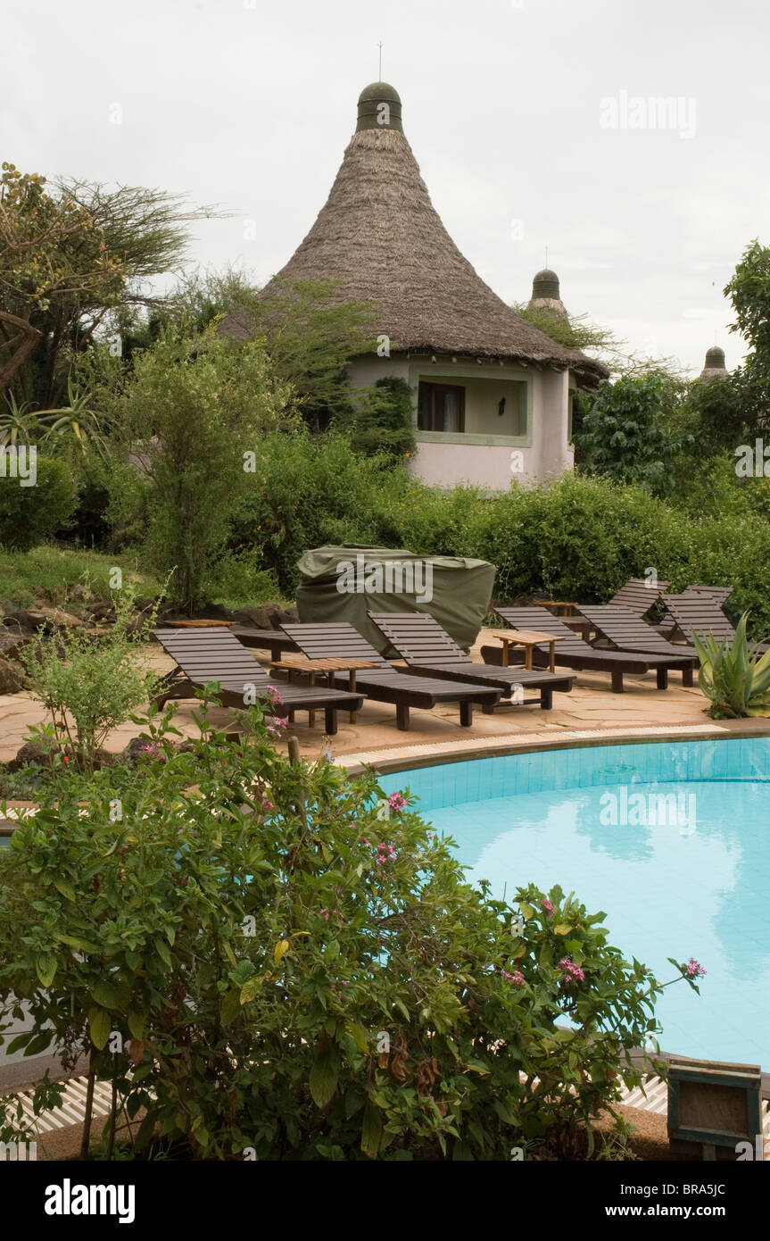 COTTAGE DECK CHAIRS SWIMMING POOL LAKE MANYARA SERENA SAFARI LODGE TANZANIA AFRICA - Stock Image
