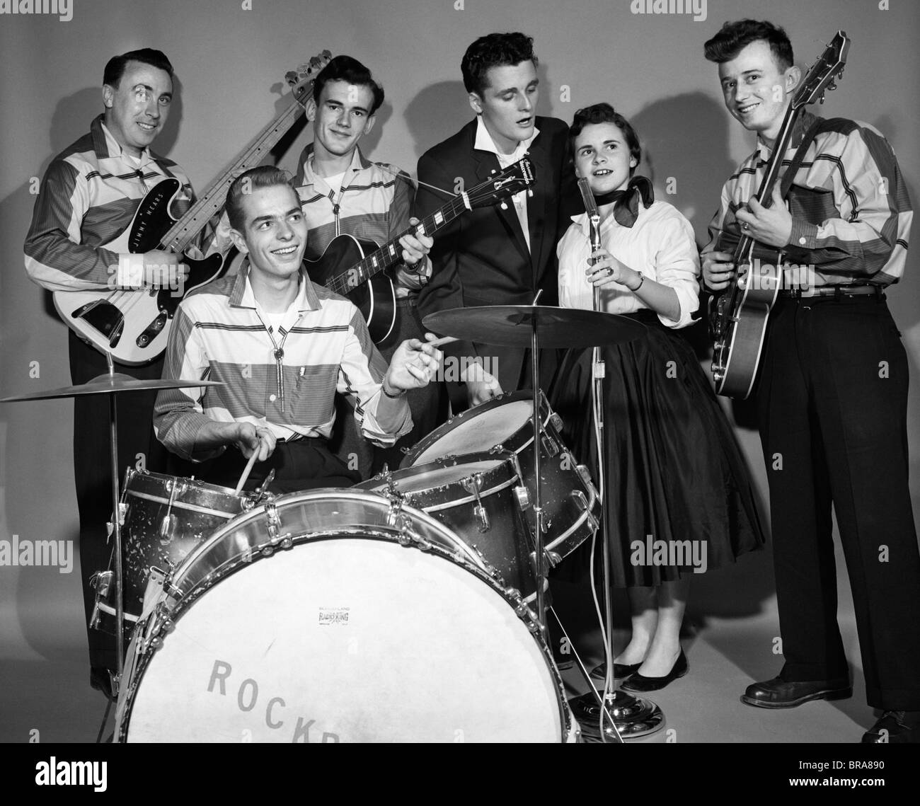 1950s SMILING TEENAGE 6 MEMBER ROCK-A-BILLY BAND IN MATCHING OUTFITS - Stock Image