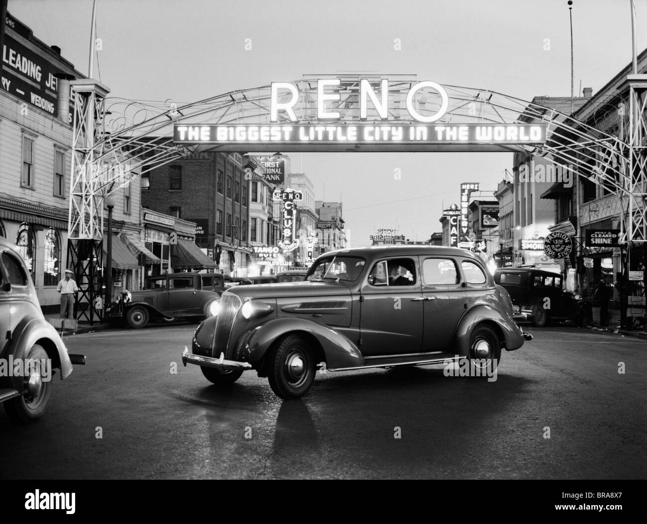 1930s NIGHT OF ARCH OVER MAIN STREET RENO NEVADA NEON SIGN THE BIGGEST LITTLE CITY IN THE WORLD - Stock Image
