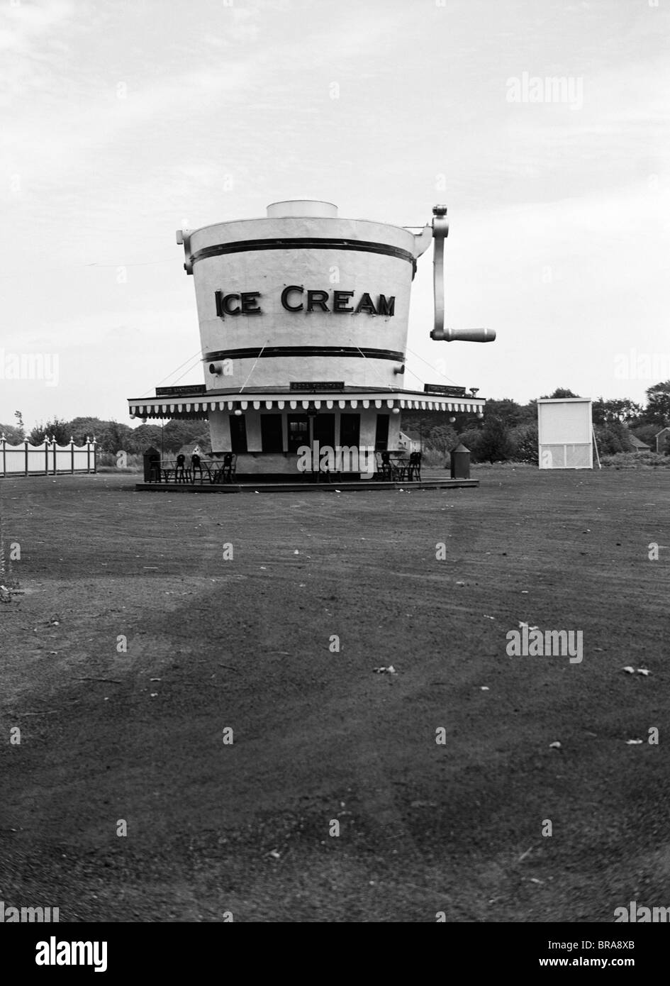 1937 1930s ROADSIDE REFRESHMENT STAND SHAPED LIKE ICE CREAM MAKER - Stock Image