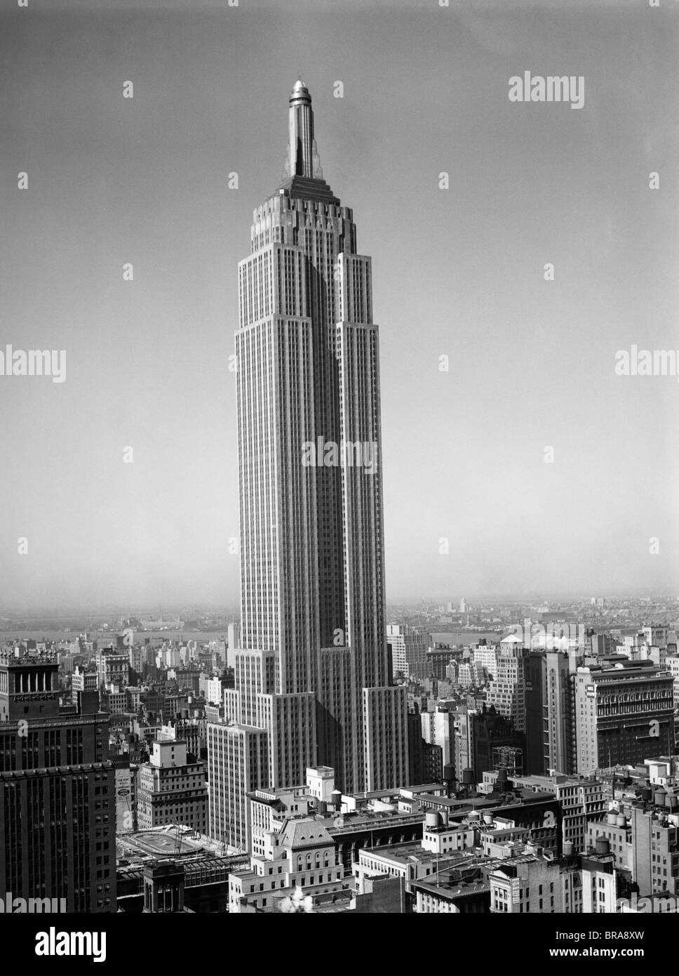 1930s NEW YORK CITY EMPIRE STATE BUILDING FULL LENGTH WITHOUT ANTENNAE - Stock Image