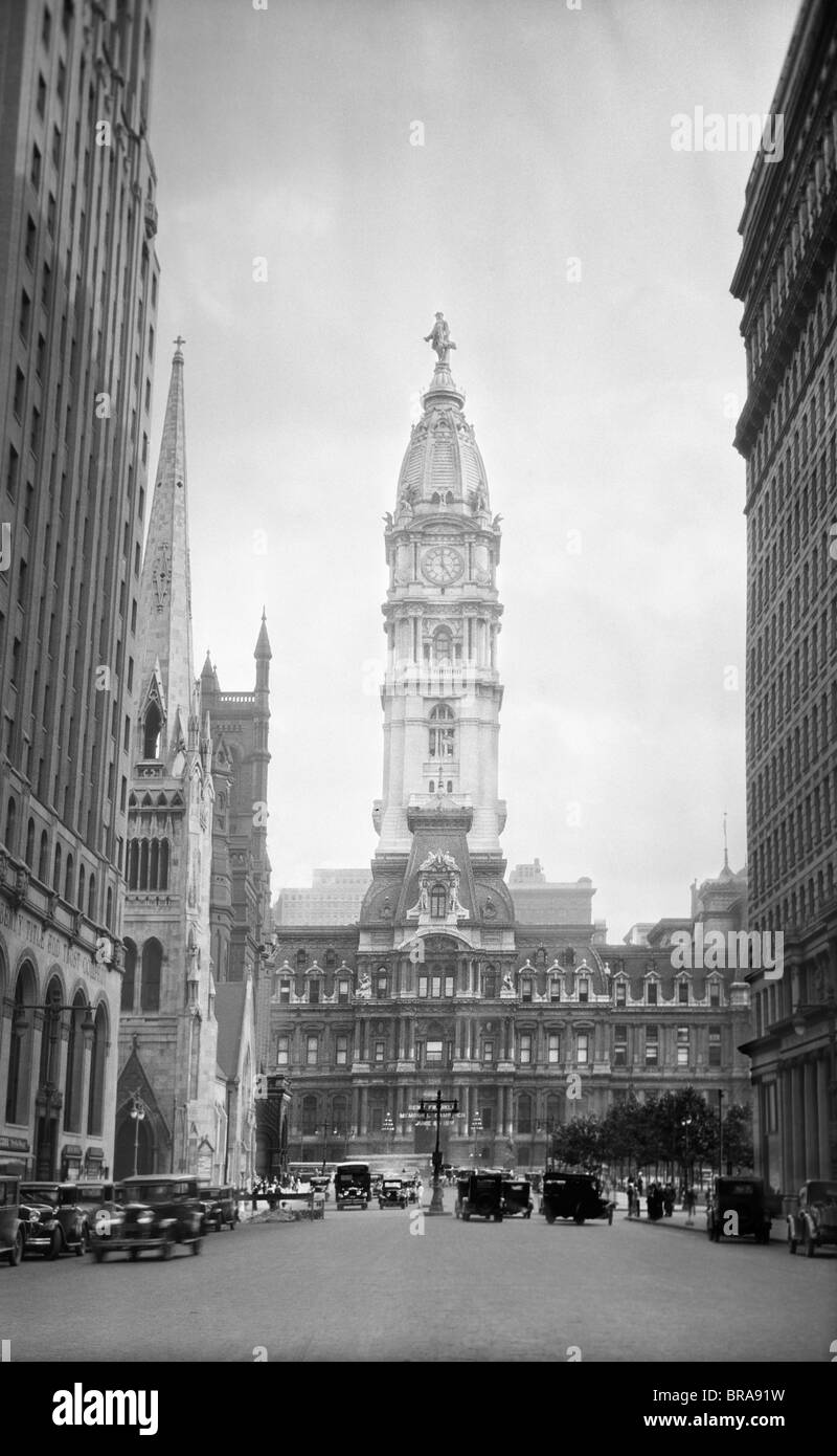 1930s 1936 VIEW DOWN NORTH BROAD STREET TO THE PHILADELPHIA CITY HALL - Stock Image