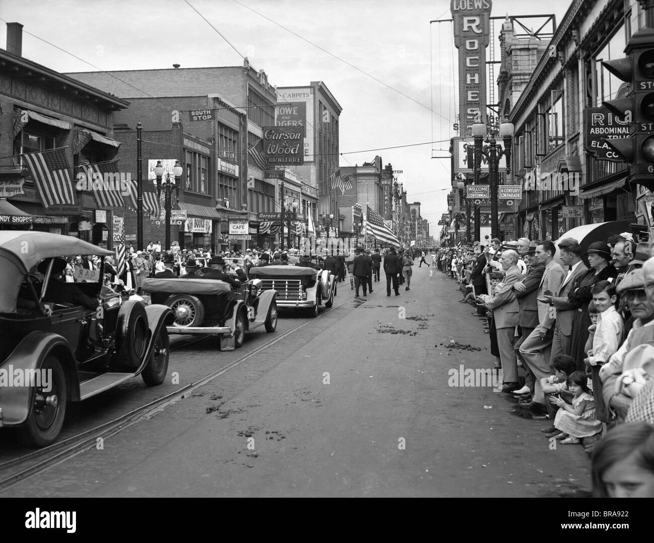 1930s 1934 GRAND ARMY OF THE REPUBLIC CIVIL WAR VETERANS JOIN PARADE DOWN MAIN STREET DURING ROCHESTER NEW YORK - Stock Image