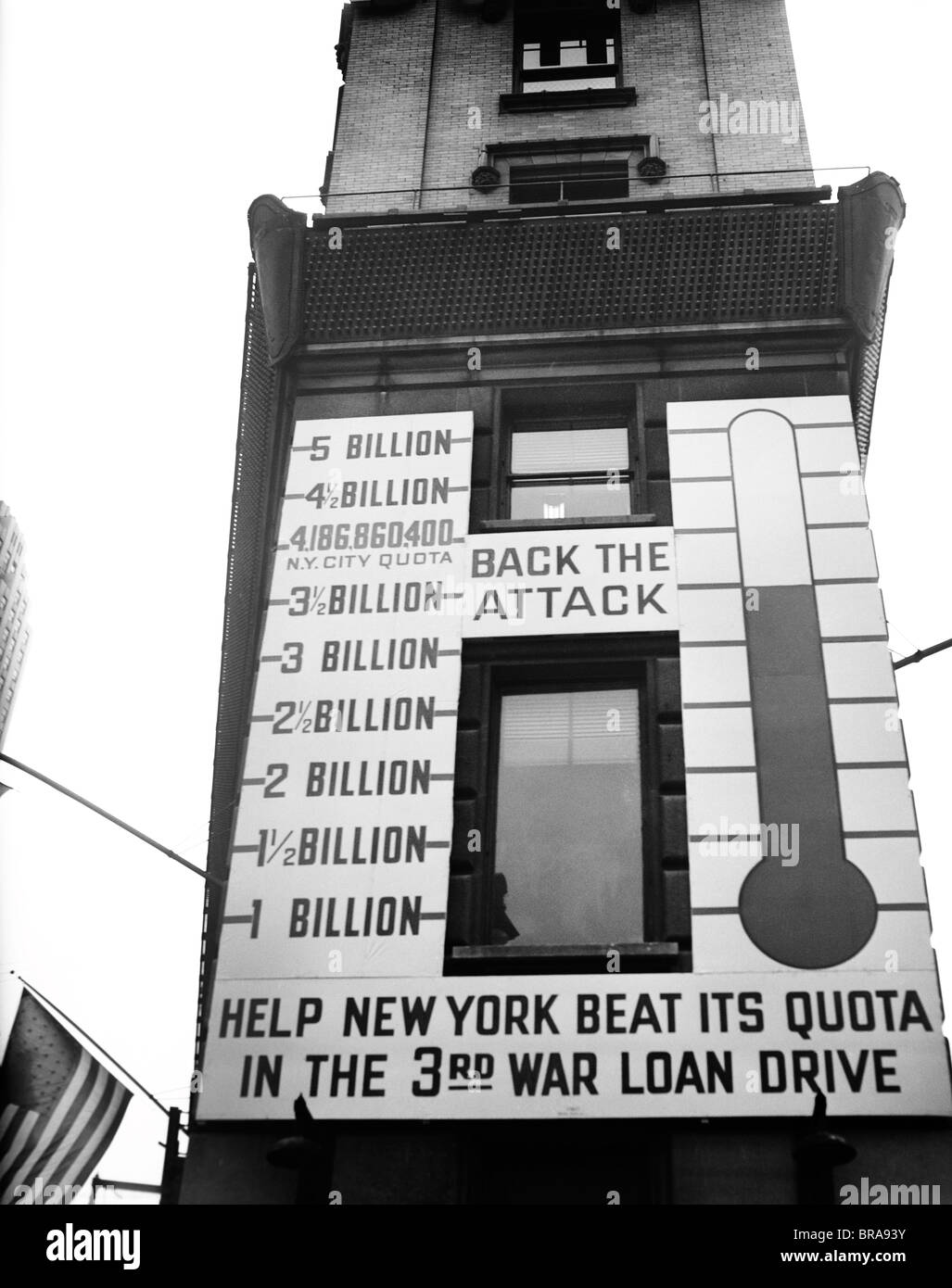 1940s 1943 NEW YORK CITY TIMES SQUARE THERMOMETER SIGN SHOWING RESULTS OF WAR LOAN DRIVE - Stock Image