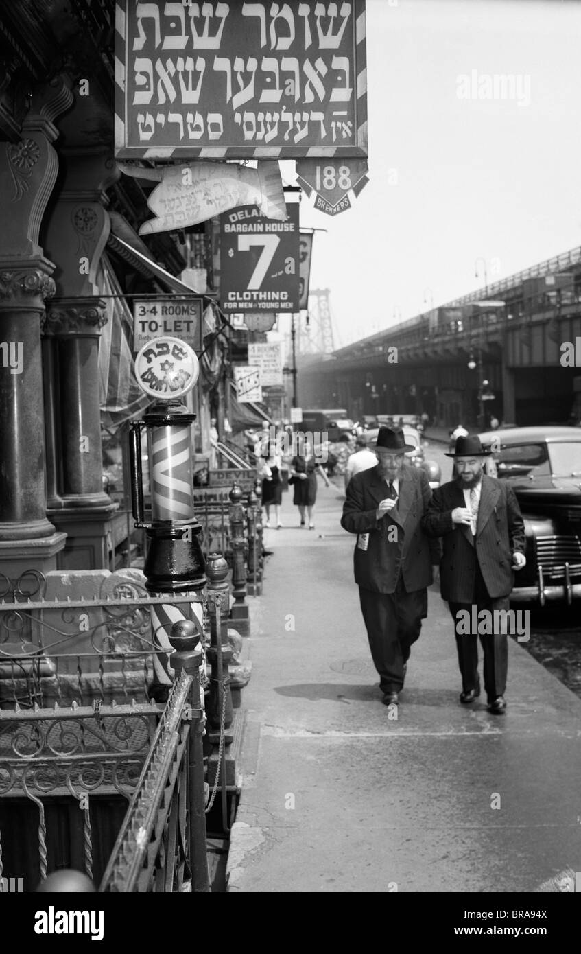 1940s MANHATTAN LOWER EAST SIDE WITH SIGNS IN YIDDISH ON DELANCY STREET BARBER SHOP WITH WILLIAMSBURG BRIDGE IN - Stock Image