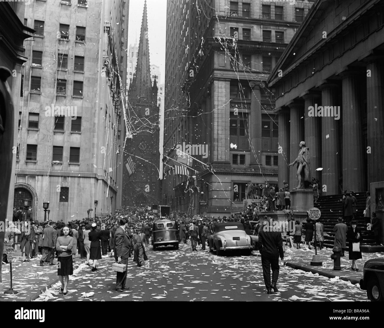 1940s NEW YORK CITY WALL STREET TICKER TAPE PARADE CELEBRATION OF E-E DAY VICTORY IN EUROPE MAY 8 1945 - Stock Image