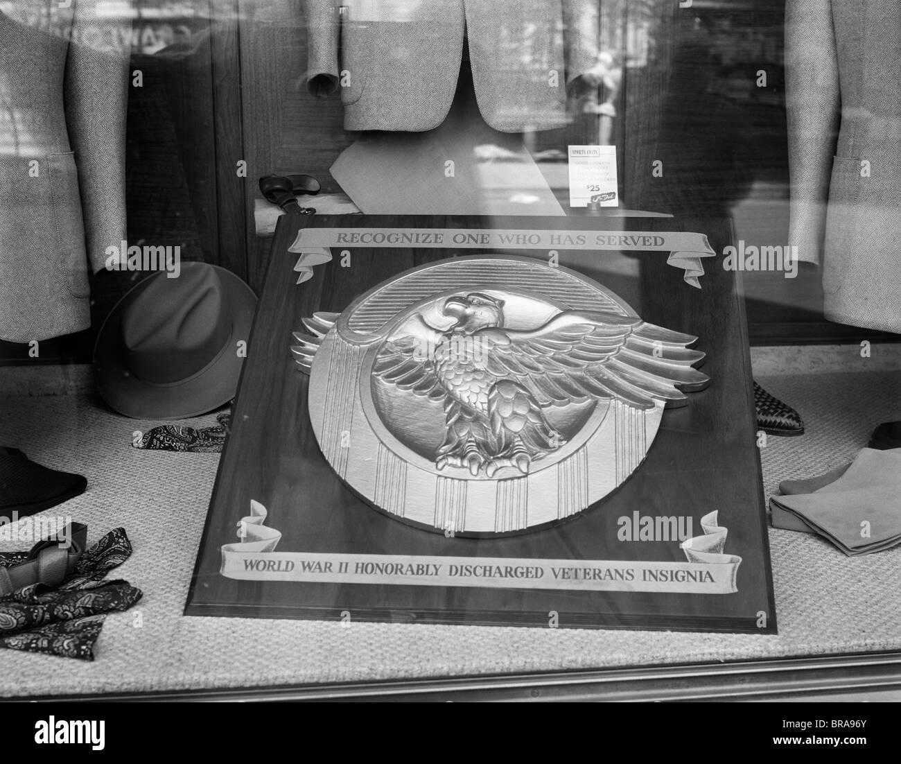 1940s 1945 PLAQUE OF THE WAR VETERANS HONORABLE DISCHARGE BUTTON INSIGNIA IN STORE WINDOW - Stock Image