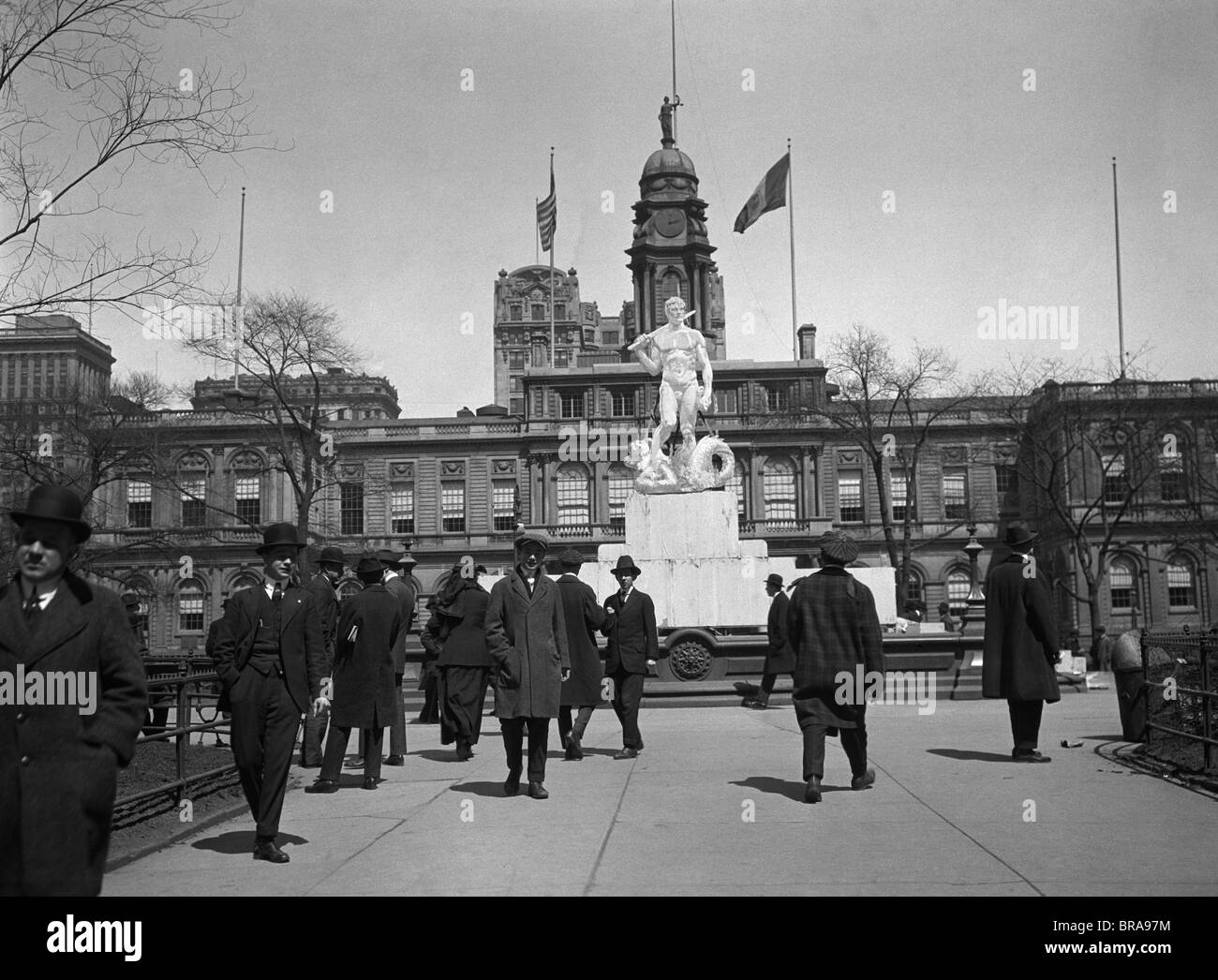 1920s PEDESTRIANS AT THE MOCK-UP OF PROPOSED CIVIC VIRTUE STATUE CITY HALL PARK NEW YORK CITY IN 1941 STATUE WAS - Stock Image