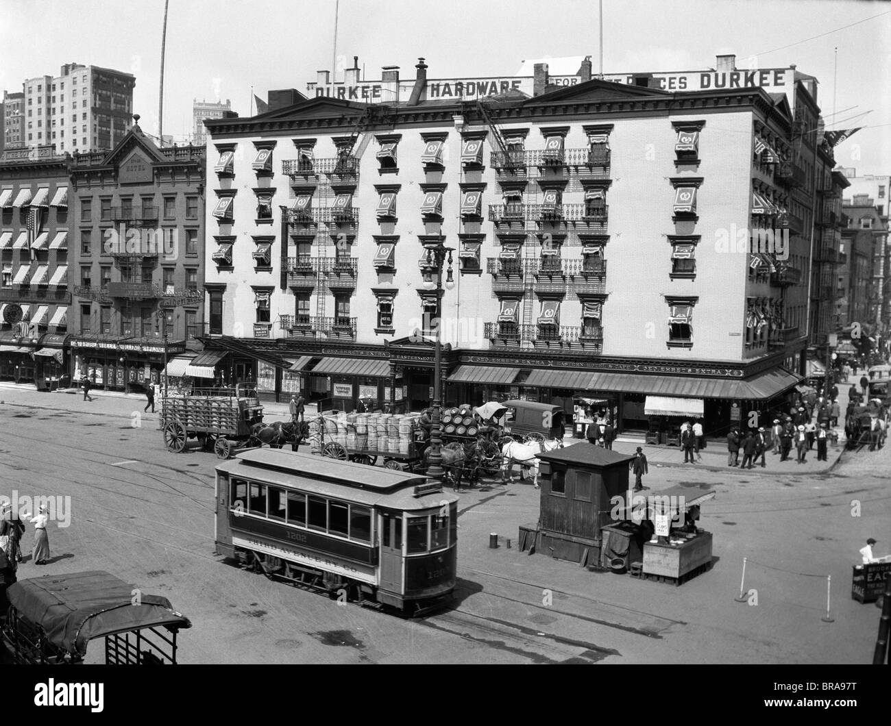 1910s 1916 THE EASTERN HOTEL NEW YORK CITY AT SOUTH FERRY LOWER MANHATTAN WITH AN EDISON STREET CAR - Stock Image