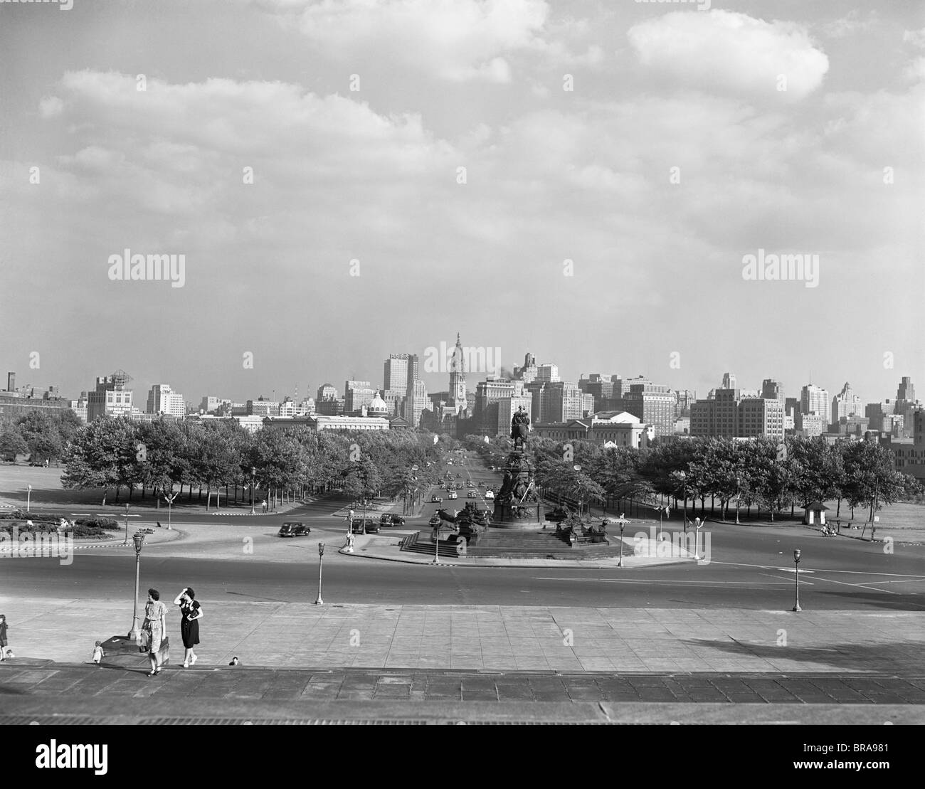 1946 SKYLINE OF PHILADELPHIA FROM STEPS OF THE ART MUSEUM LOOKING DOWN PARKWAY TO CITY HALL - Stock Image