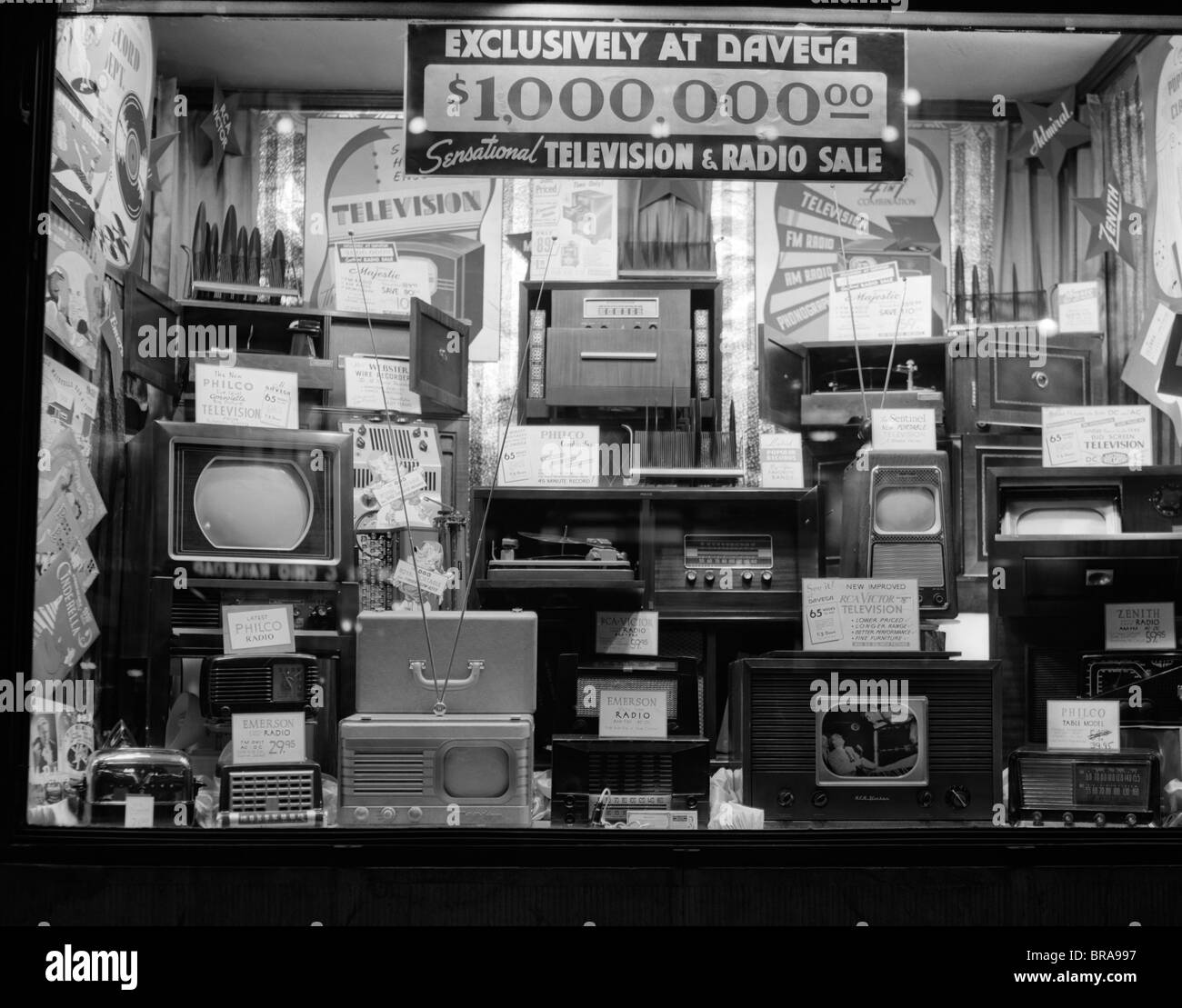 1940s WINDOW OF STORE SELLING RADIOS AND TELEVISIONS ADVERTISING A MILLION DOLLAR SALE - Stock Image