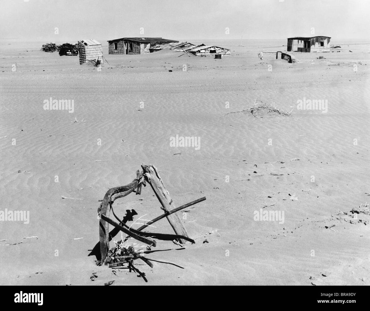1930s RUINED FARM BEING OVERTAKEN BY ERODED TOPSOIL CREATING A DUST BOWL EFFECT IN AMERICA'S GREAT PLAINS NEAR - Stock Image