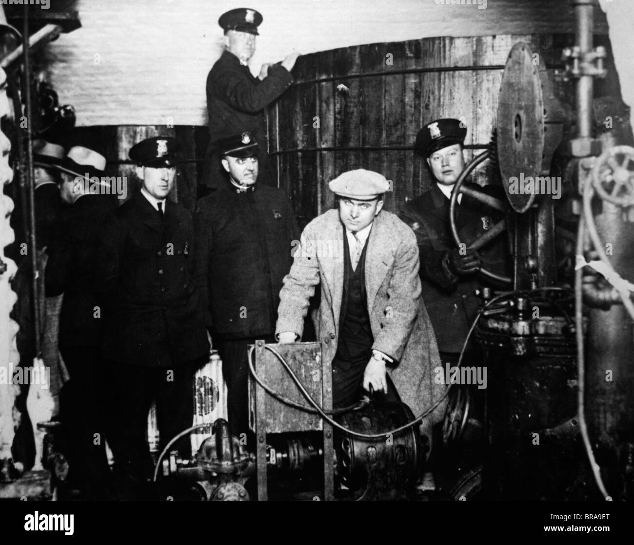 1920s FEDERAL AGENTS POSED WITH CAPTURED EQUIPMENT IN A DETROIT UNDERGROUND DISTILLERY - Stock Image