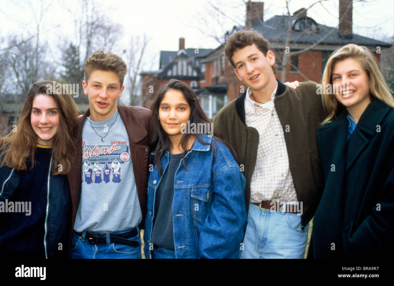 1990s GROUP PORTRAIT OF TWO TEENAGE BOYS AND THREE TEENAGE GIRLS LOOKING AT CAMERA - Stock Image