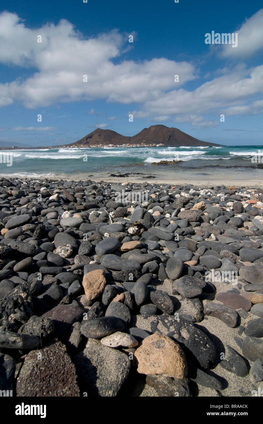 Volcanic cone and beach with pebbles, San Vincente, Cape Verde Islands, Atlantic, Africa - Stock Image